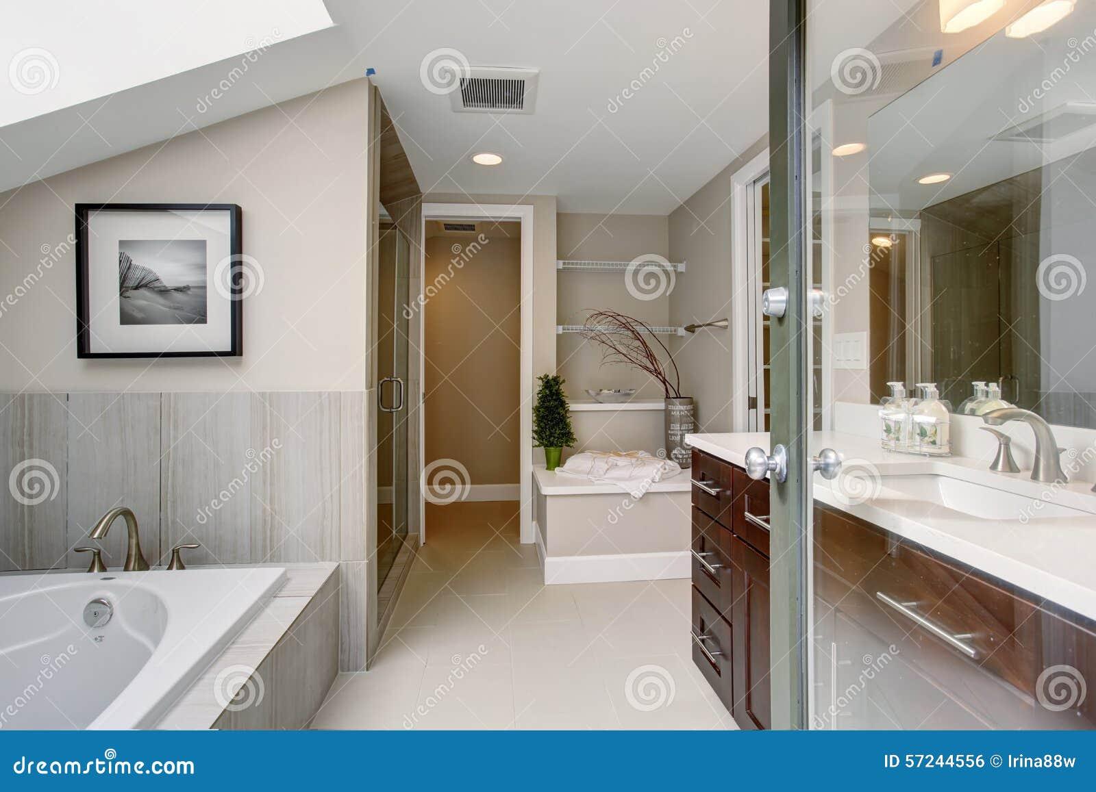 Bagno matrice di lusso con la pavimentazione in piastrelle bianca