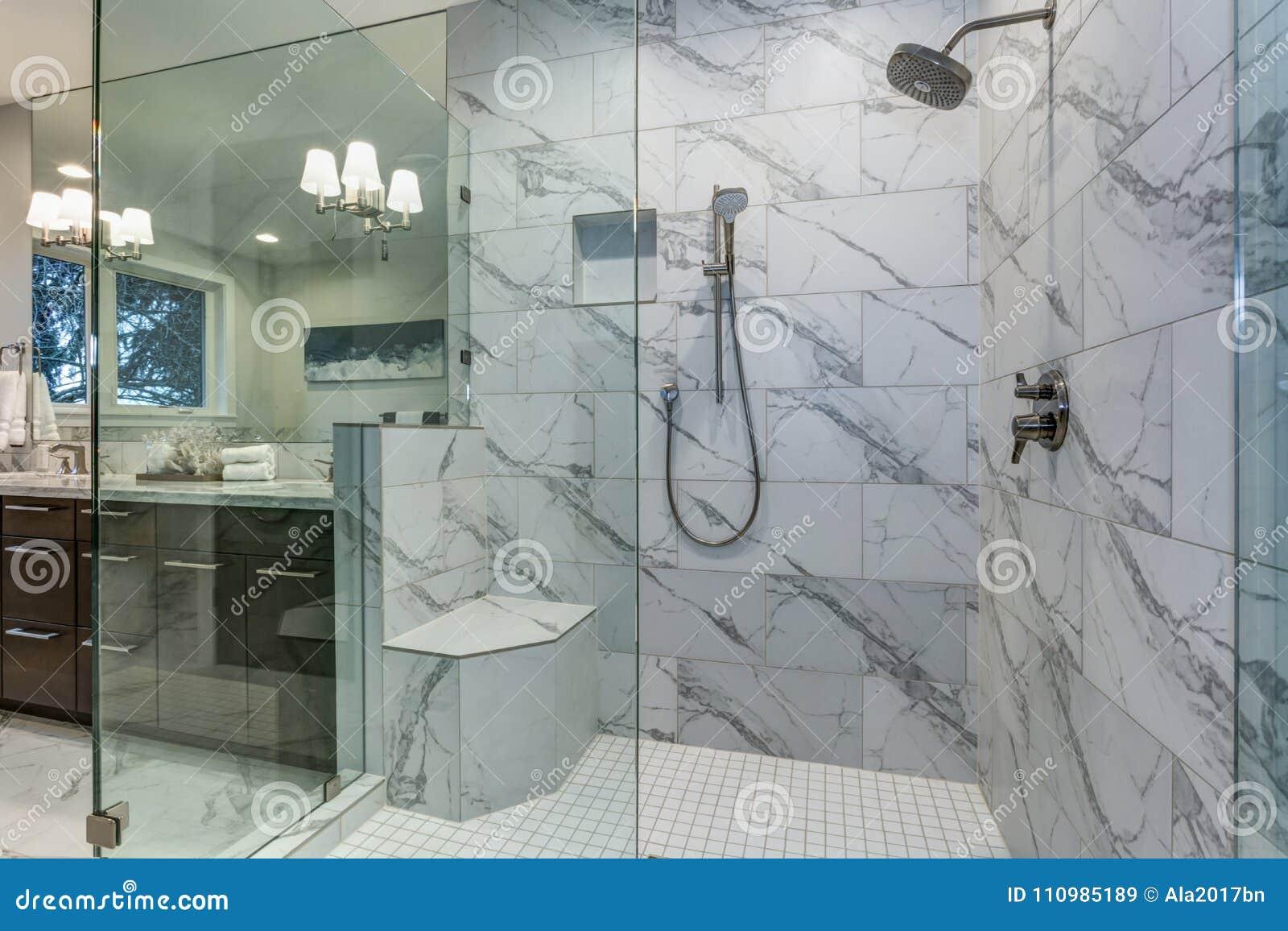 Bagni In Marmo Di Carrara : Bagno matrice incredibile con bordi delle mattonelle del marmo di