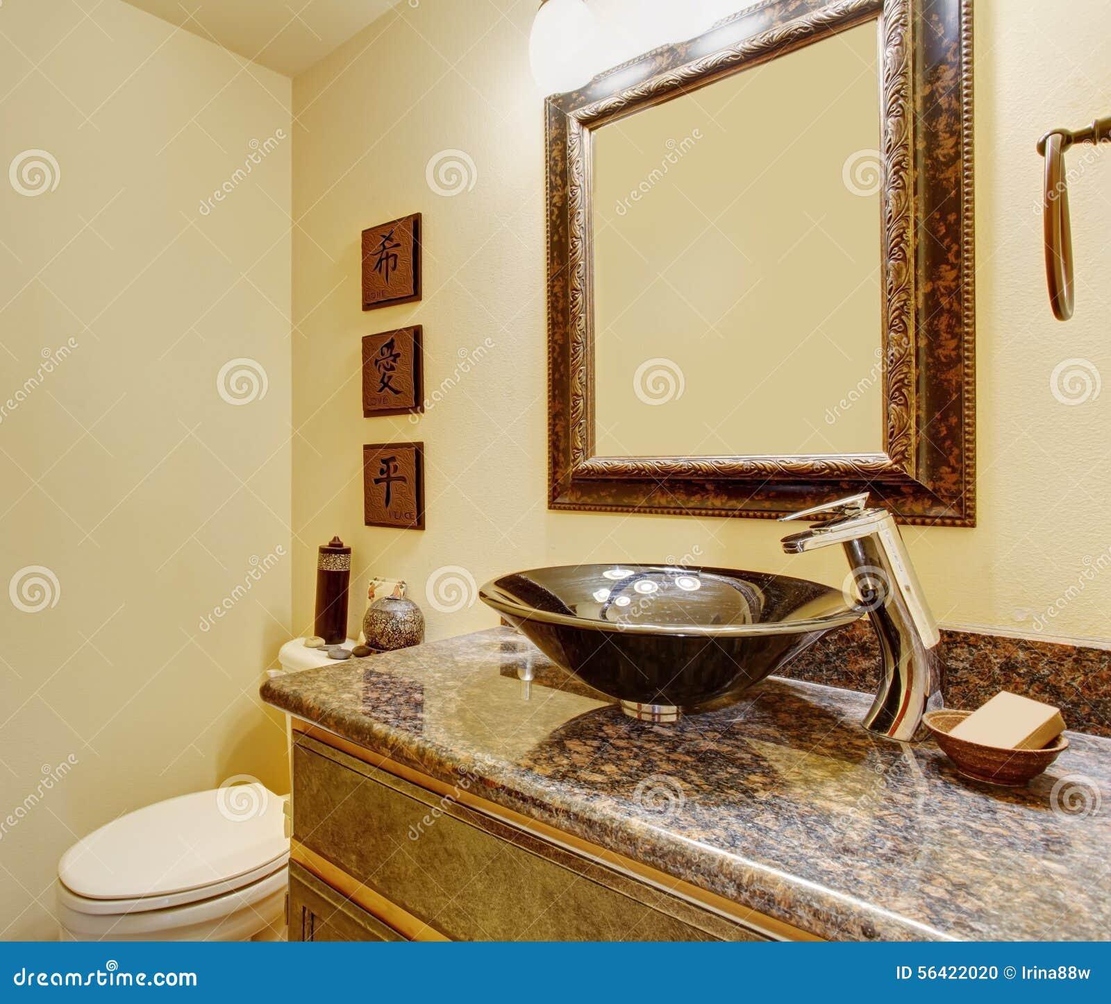 Bagno matrice piacevole con i lavandini ed i contatori di marmo ...