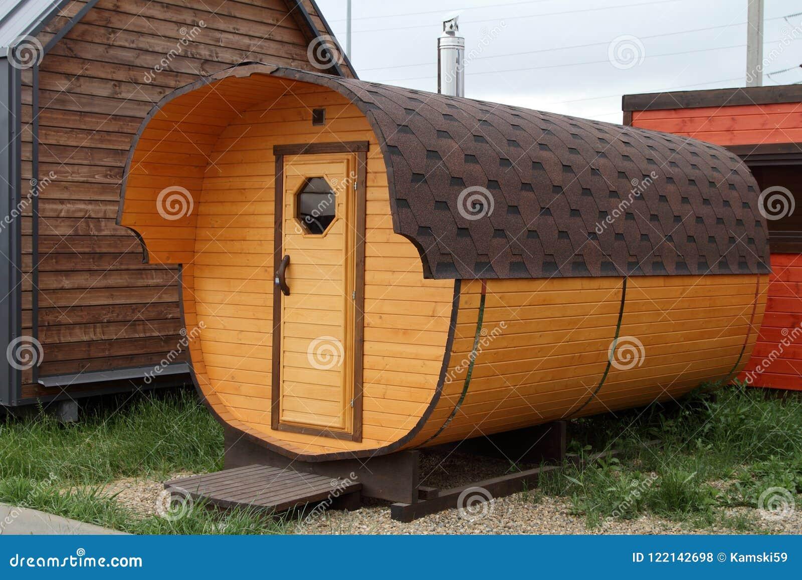 Mobile Bagno Compatto : Bagno mobile sotto forma di barilotto di legno fotografia stock