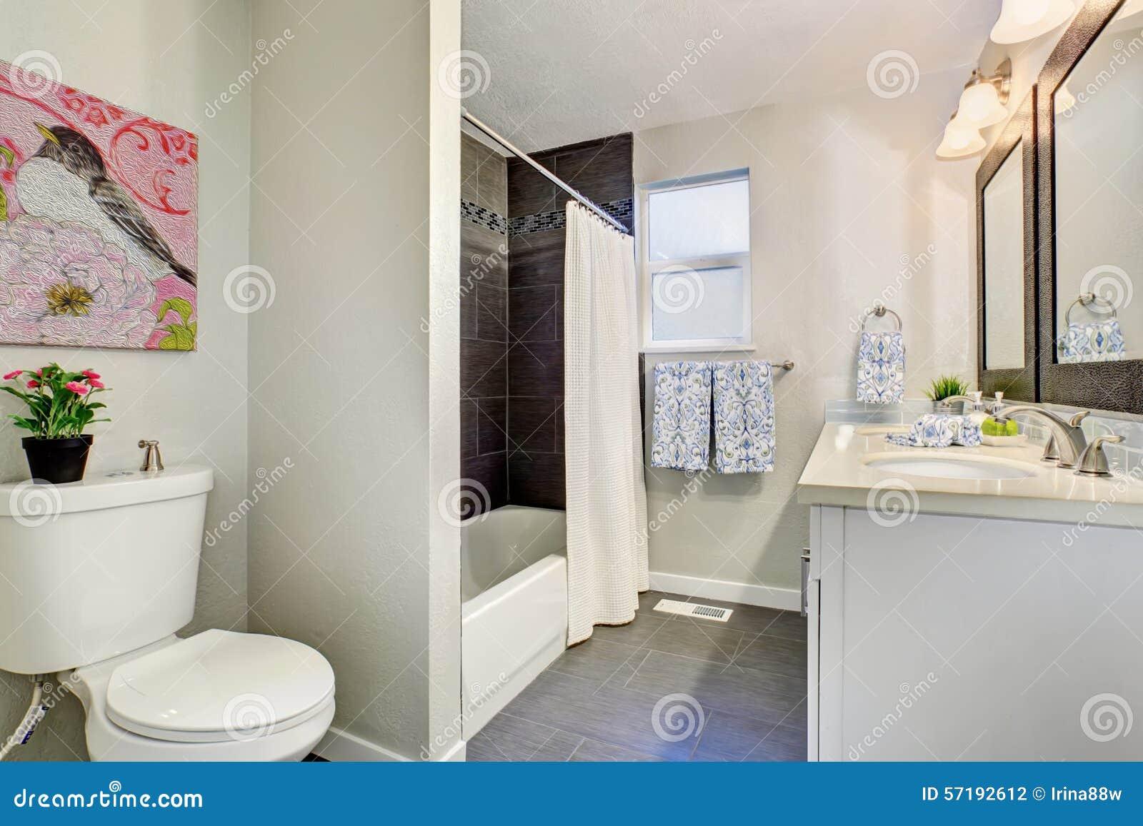 Bagno modernizzato con la pavimentazione in piastrelle fotografia