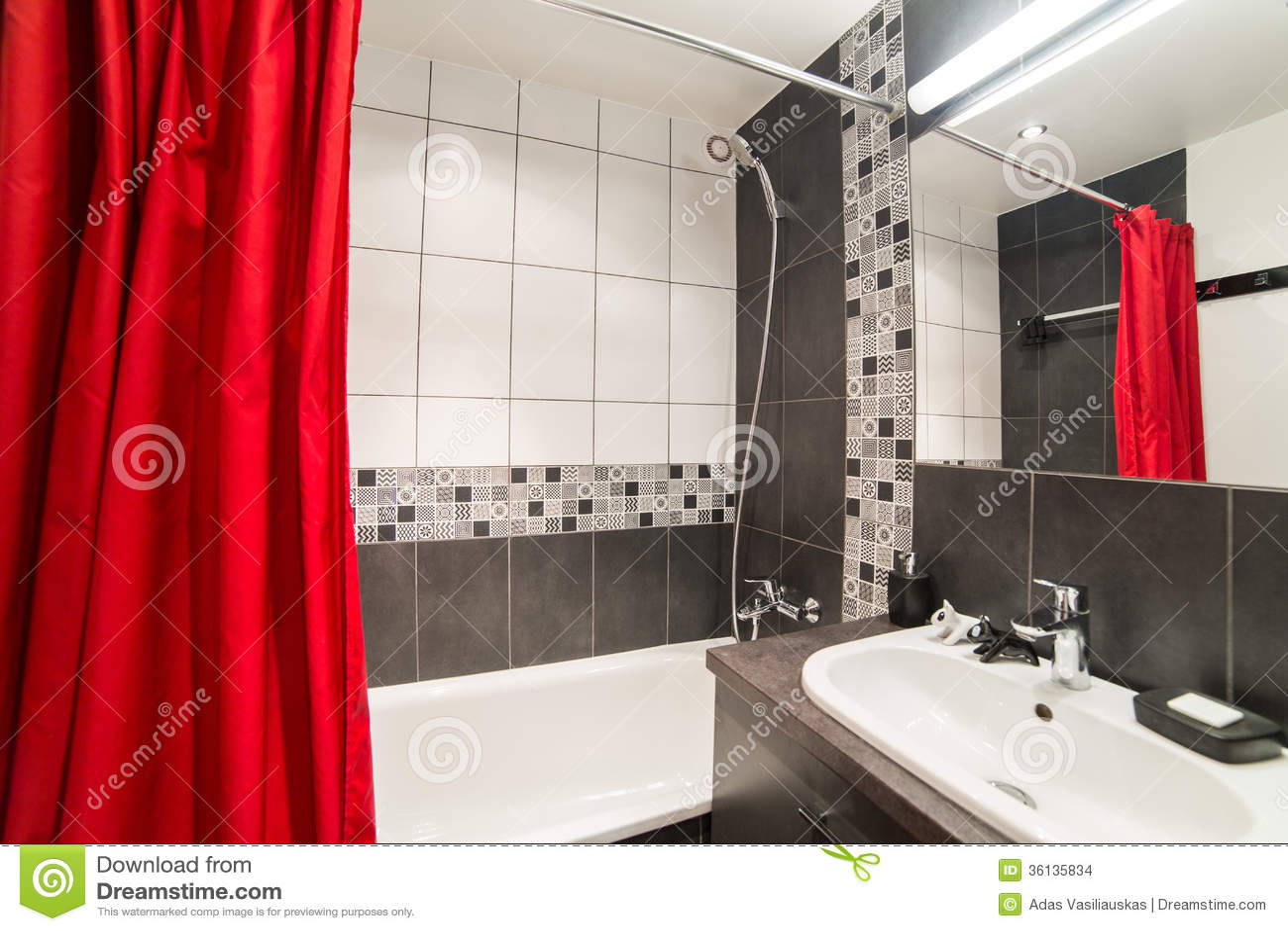 Bagno moderno con il lavandino e le tende rosse fotografia - Tende in bagno ...