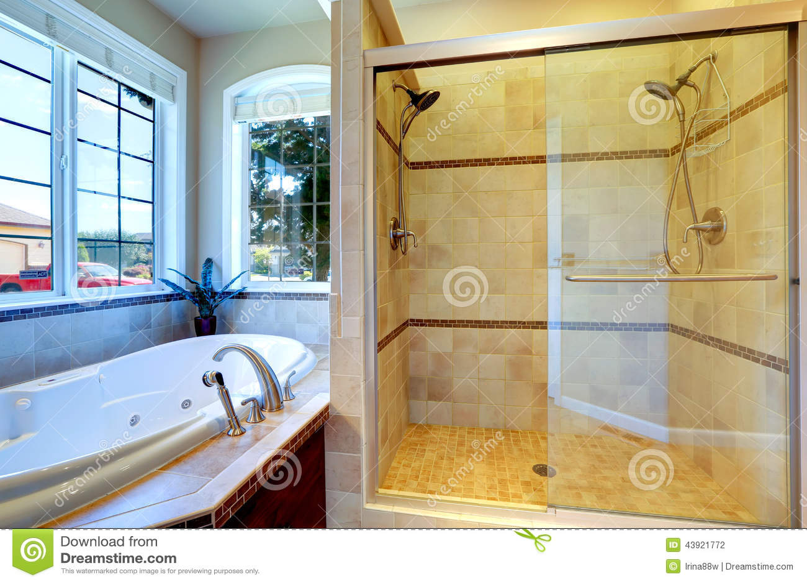Bagno moderno con la doccia della porta della vasca e di vetro del mulinello fotografia stock - Bagno moderno con doccia ...