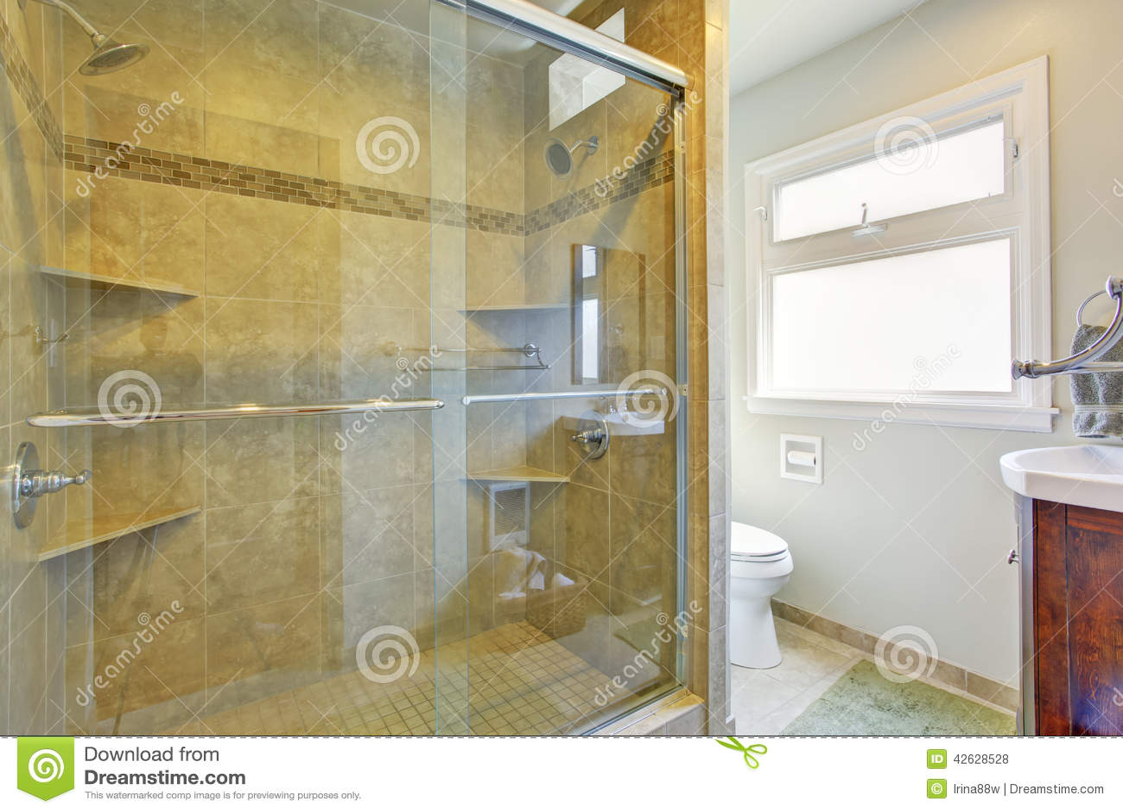 Bagno moderno con la doccia di vetro della porta fotografia stock immagine di architettura for Bagno moderno con doccia