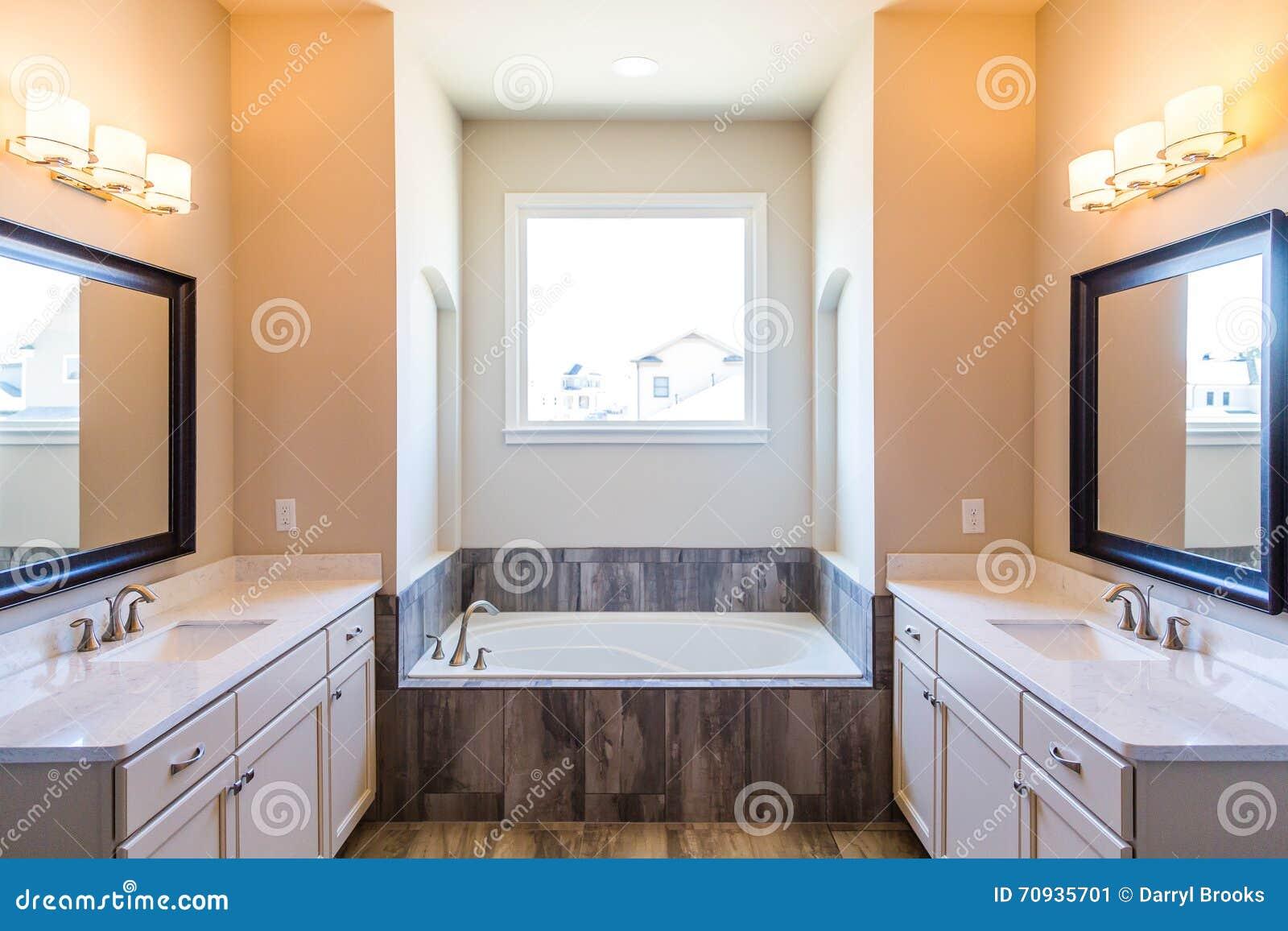 Bagno moderno con la vasca d inzuppamento immagine stock