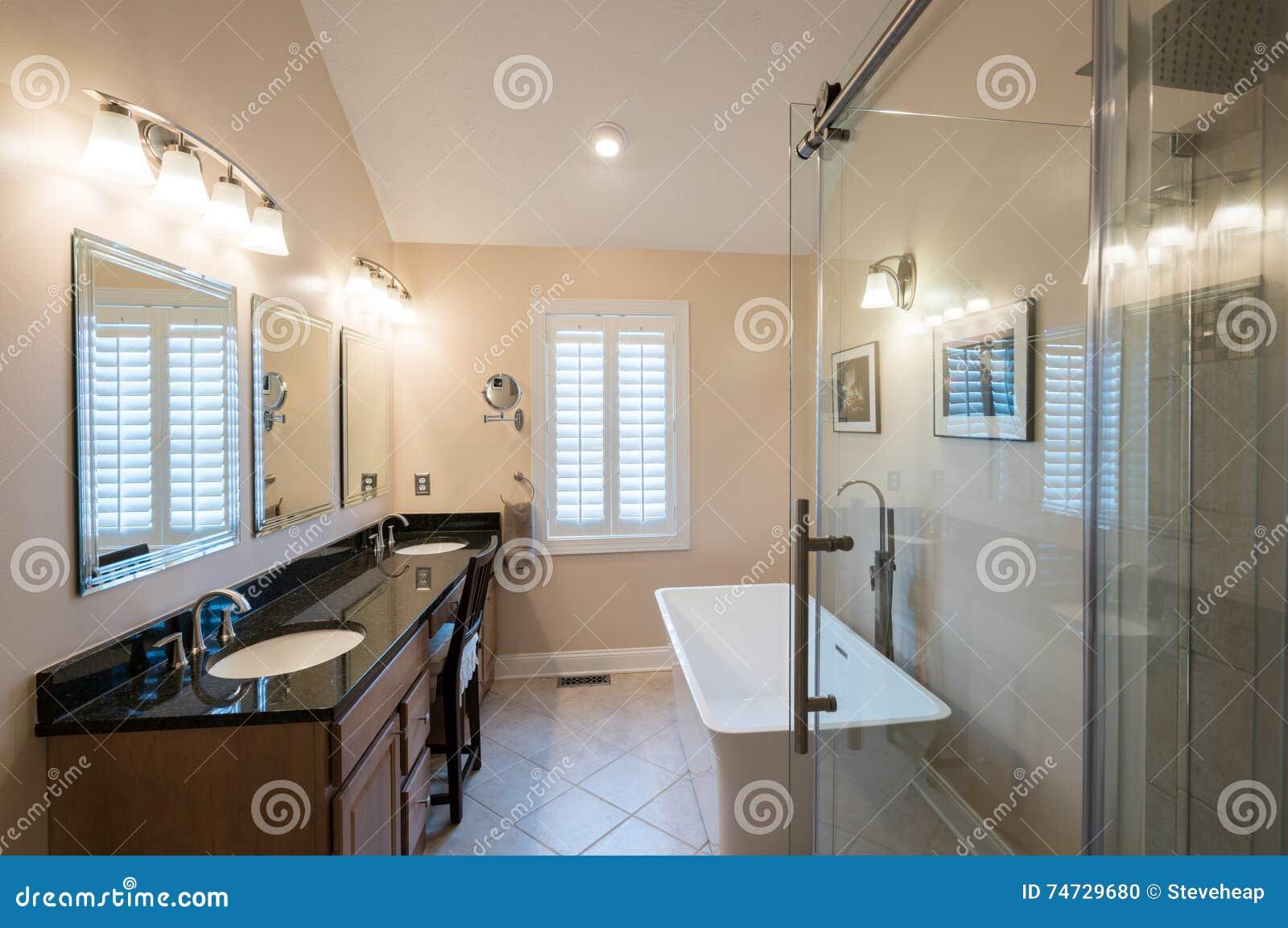 Bagno moderno con vasca doccia vetro u foto stock weezybob