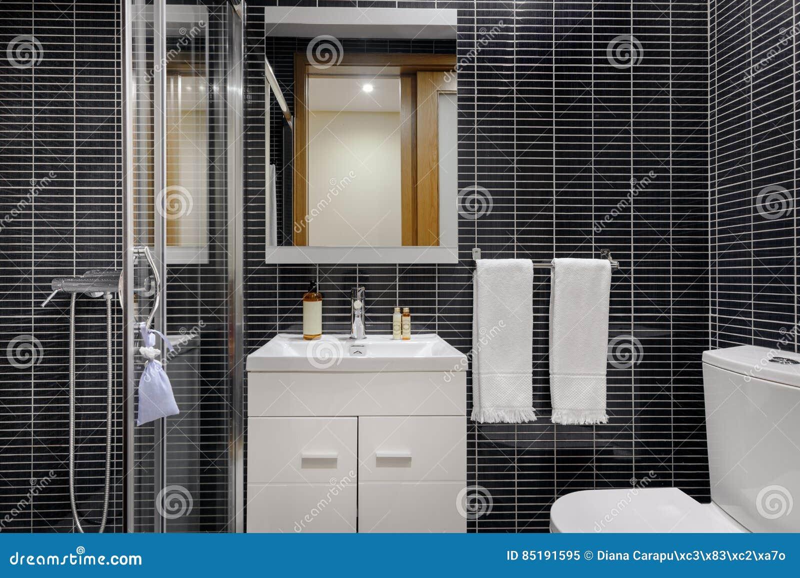 Bagno moderno con le mattonelle nere immagine stock immagine di