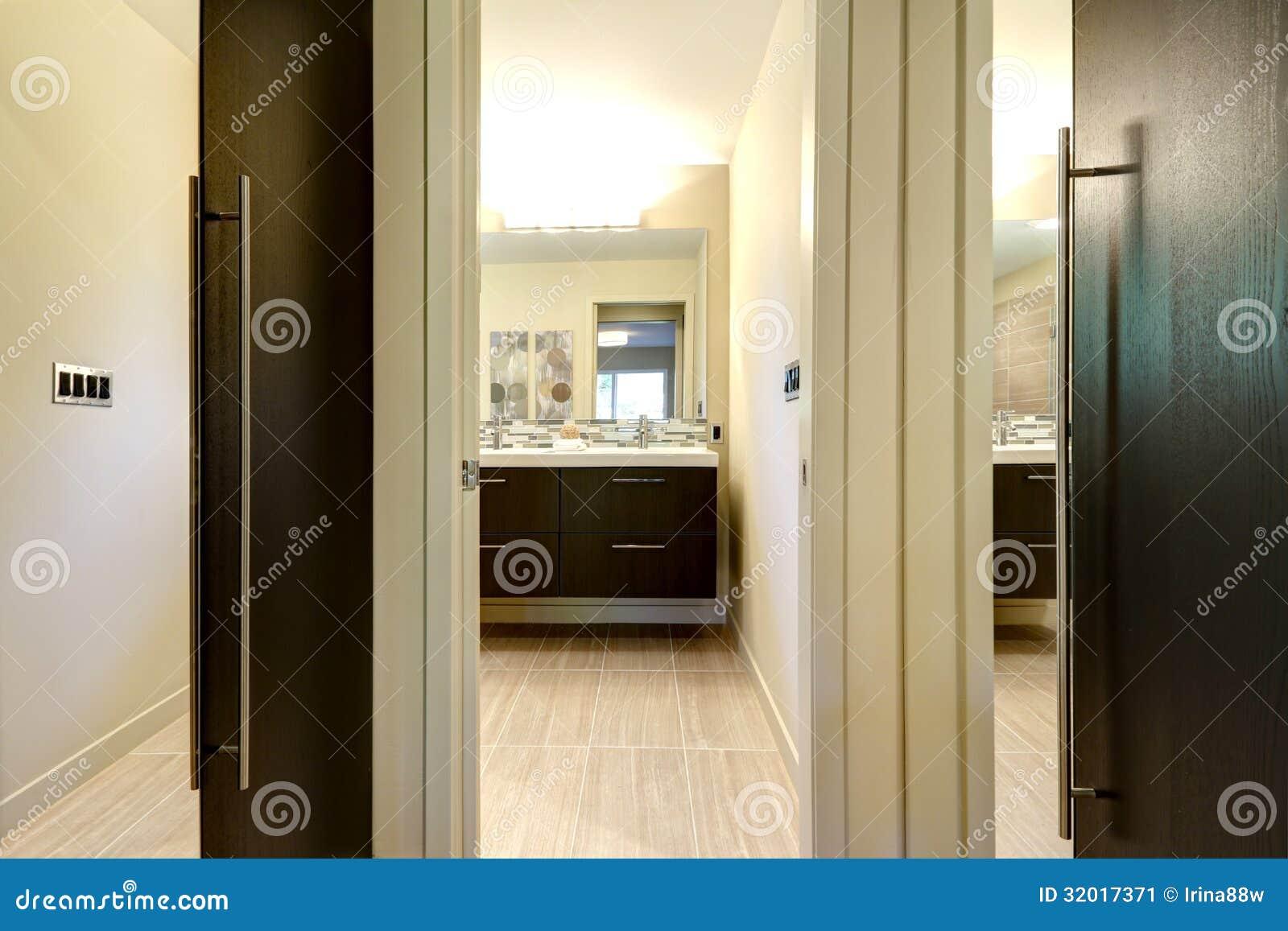 Bagno moderno con le porte di gabinetto e corridoio con gli specchi immagine stock immagine - Bagno con gli squali sudafrica ...