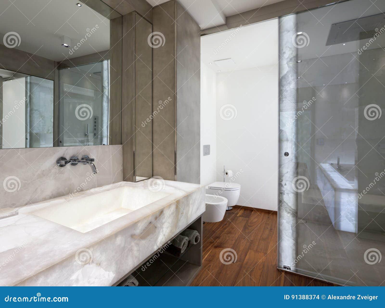 Bagni Moderni In Marmo.Bagno Moderno Con Marmo Ed Il Parquet Nessuno Fotografia Stock