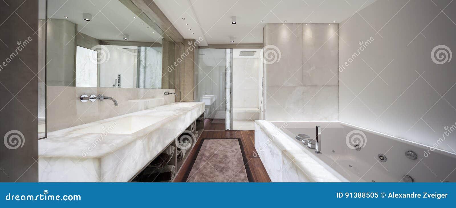 Bagno Moderno Con Parquet.Bagno Moderno Con Marmo Ed Il Parquet Nessuno Immagine Stock