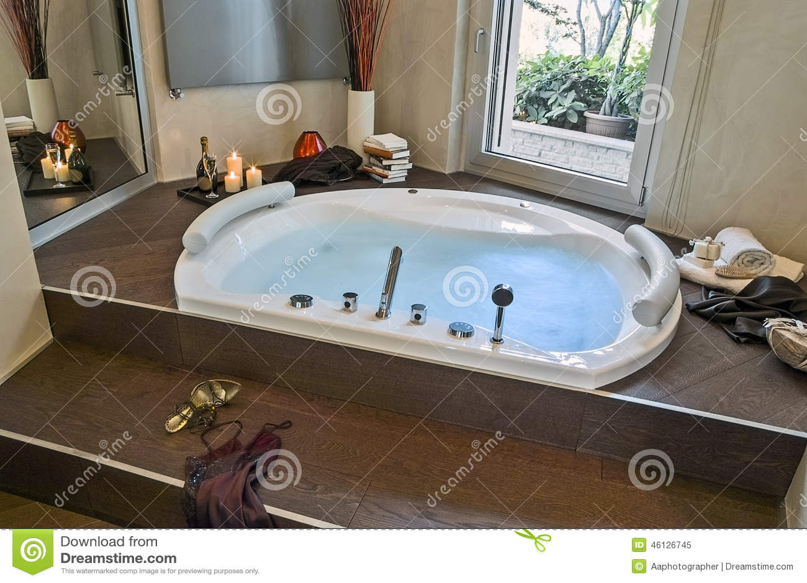 Bagno Moderno Con Un Pavimento Di Parquet Fotografia Stock - Immagine: 46126745