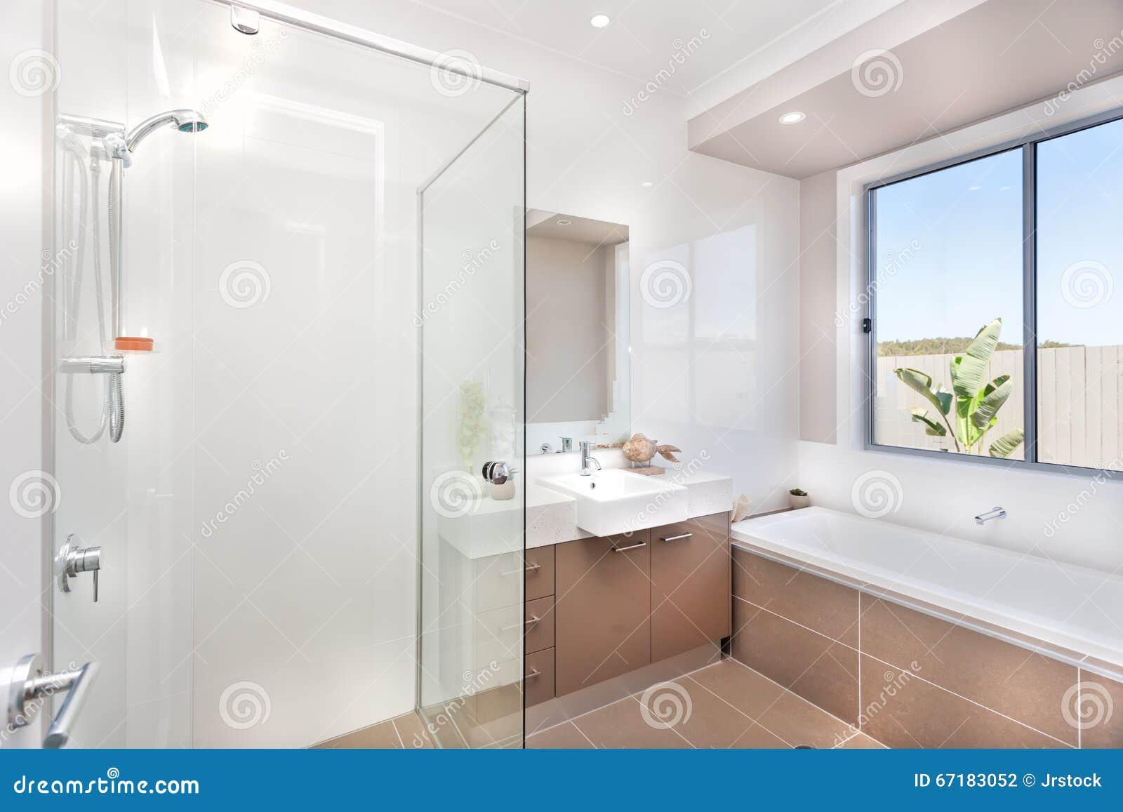 Bagno Moderno Con Un Rubinetto, La Vasca Di Acqua E Un Pavimento Di Marrone Scuro Fotografia ...