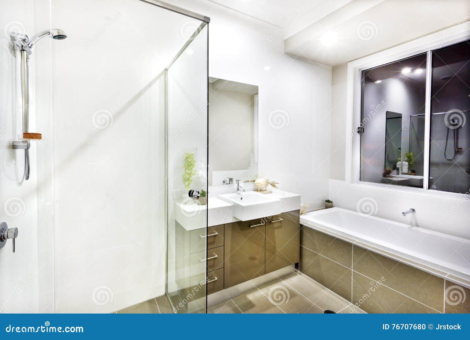 Bagno moderno con un rubinetto una vasca di acqua e le piastrelle per pavimento fotografia - Pavimento bagno moderno ...