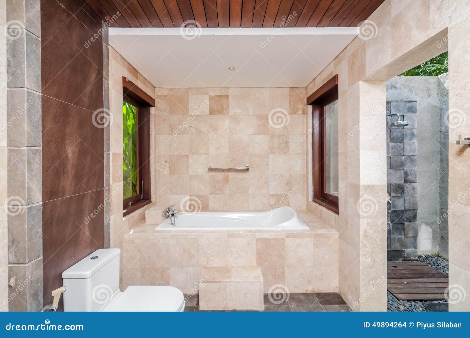Bagno Con Doccia Aperta : Bagno moderno e doccia dell hotel all aperto fotografia stock
