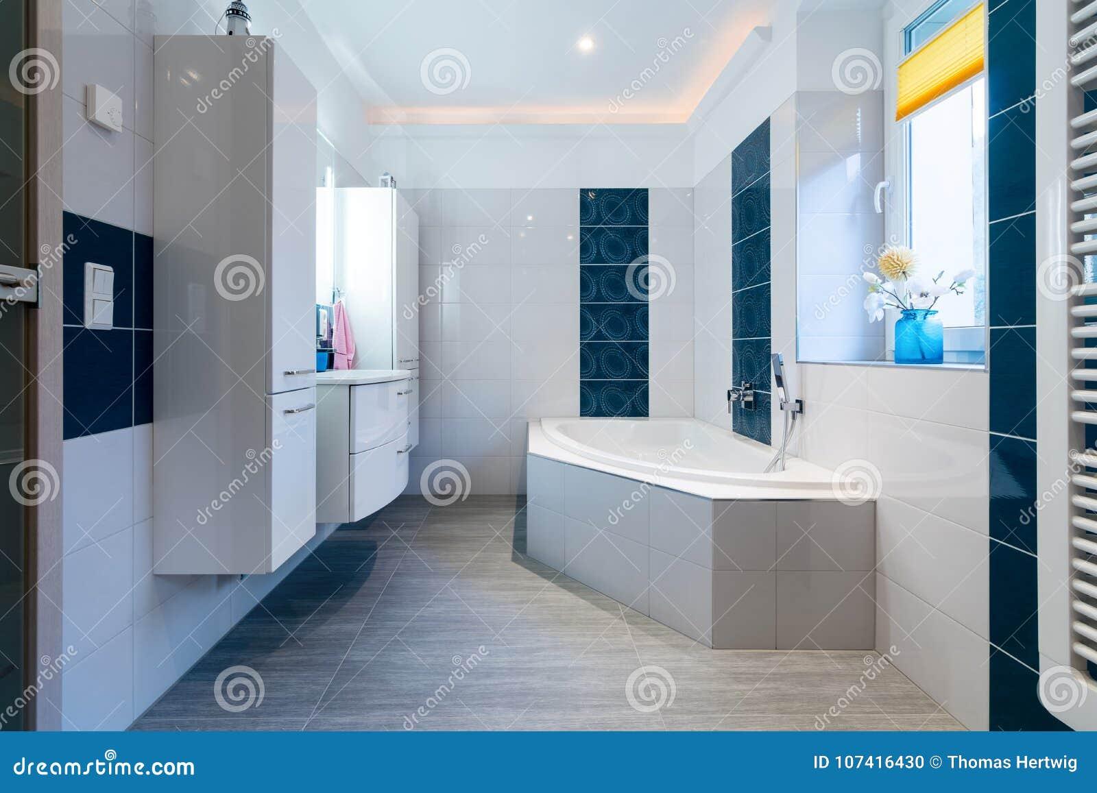 Bagno moderno mattonelle bianche e blu lucide riscaldamento