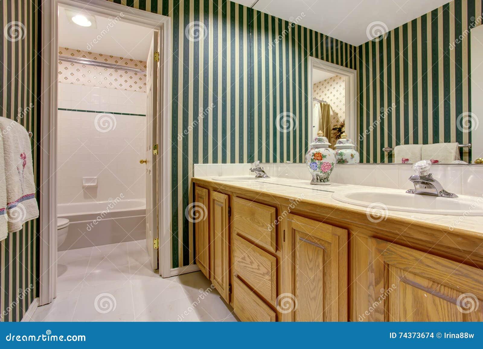 Bagno piacevole nei toni verdi con i gabinetti il doppio