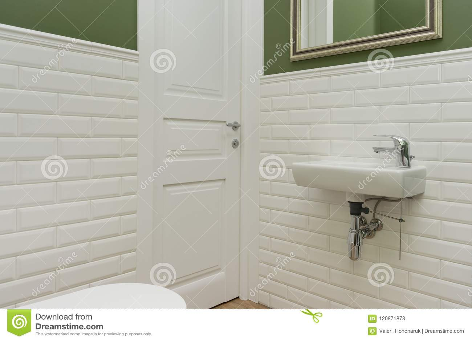 Bagno primo piano dellinterno della stanza della toilette le