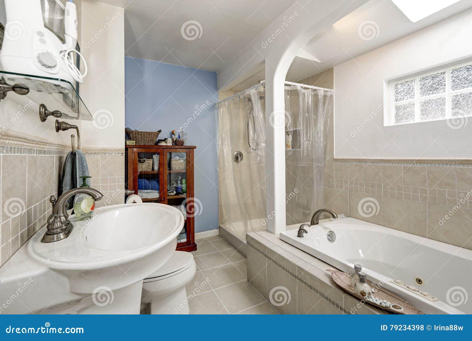 Bagno Beige E Bianco : Bagno pulito bianco con la disposizione beige delle mattonelle e