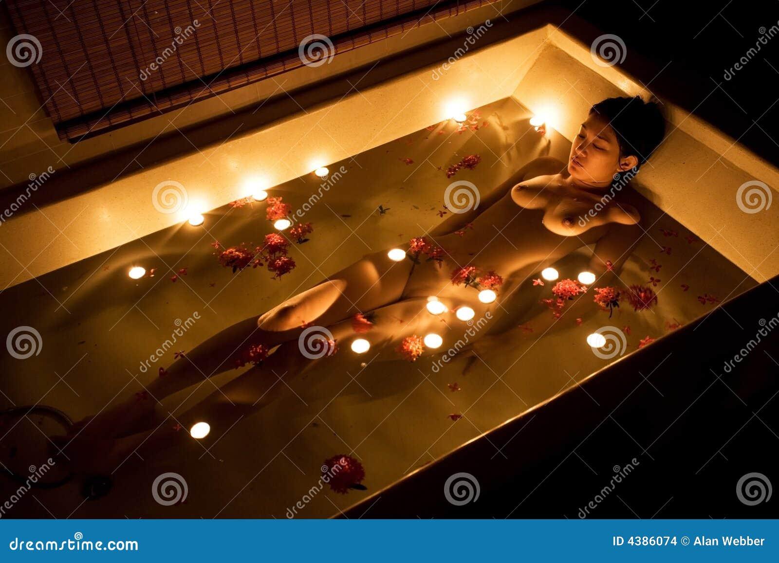 Bagno Romantico Foto : Bagno romantico fotografia stock immagine di figura notte