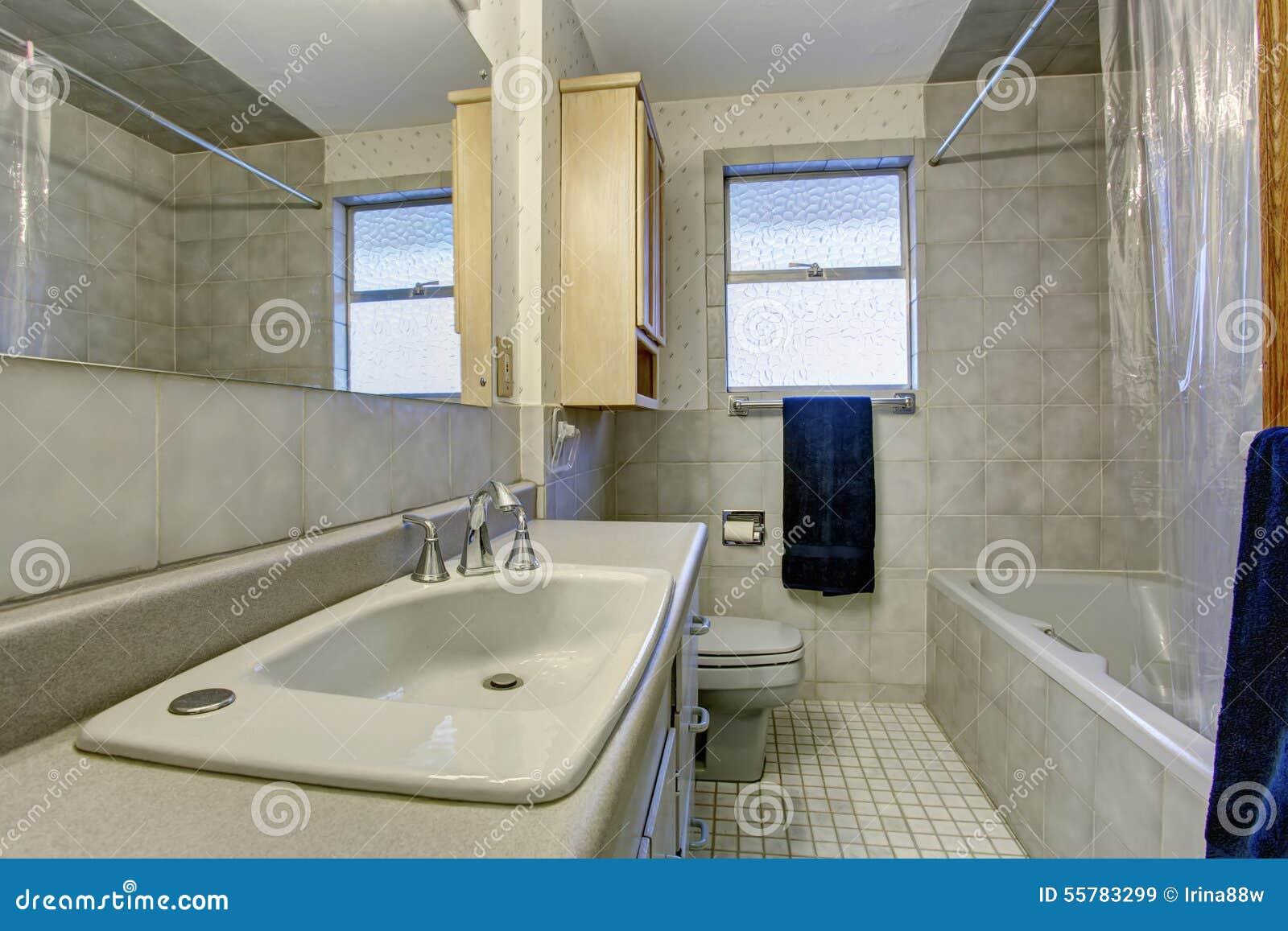 Bagno semplice con la pavimentazione in piastrelle e la for Finestra bagno
