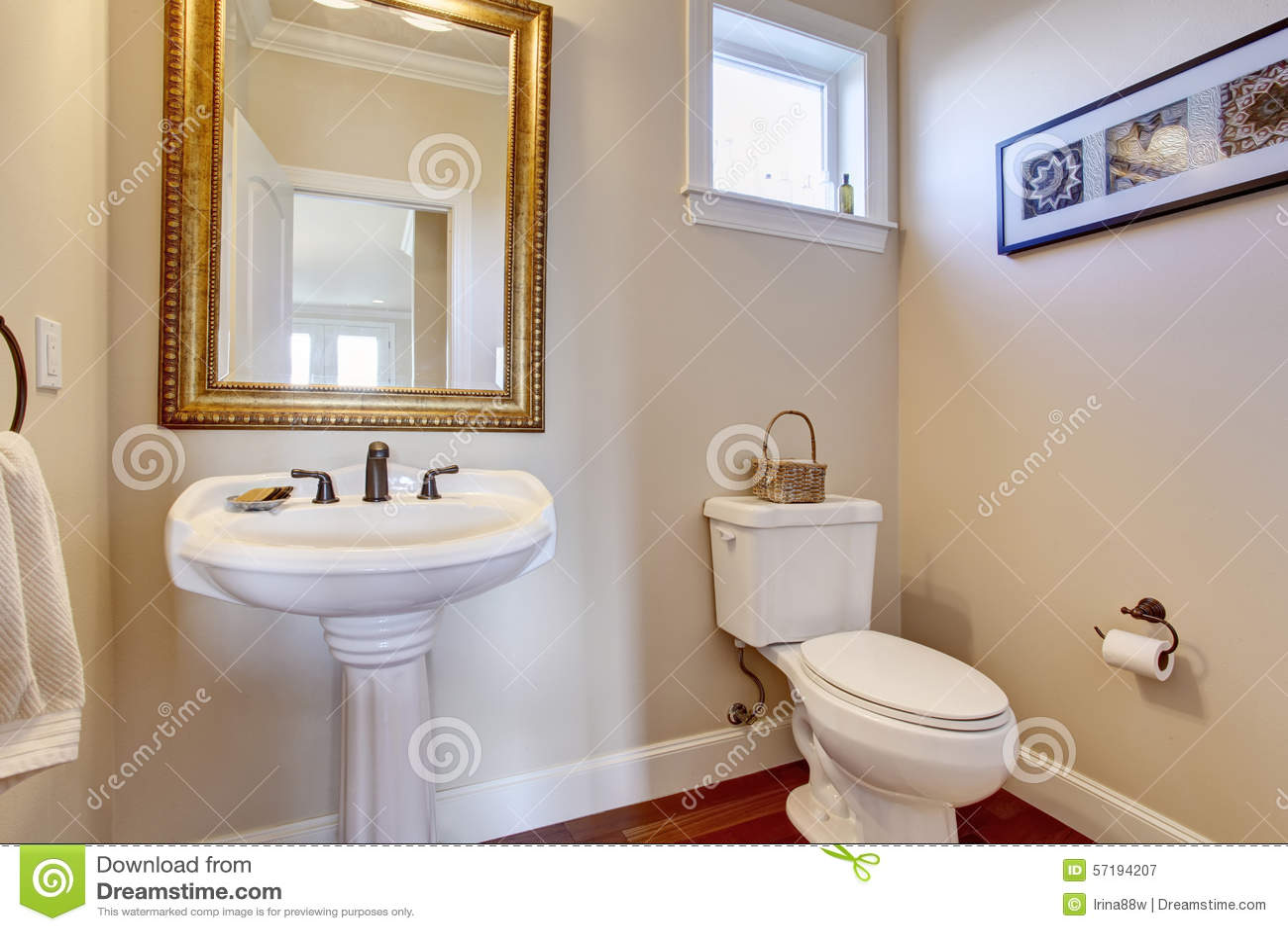 Pareti Bianche E Oro : Bagno semplice con le pareti bianche immagine stock immagine di