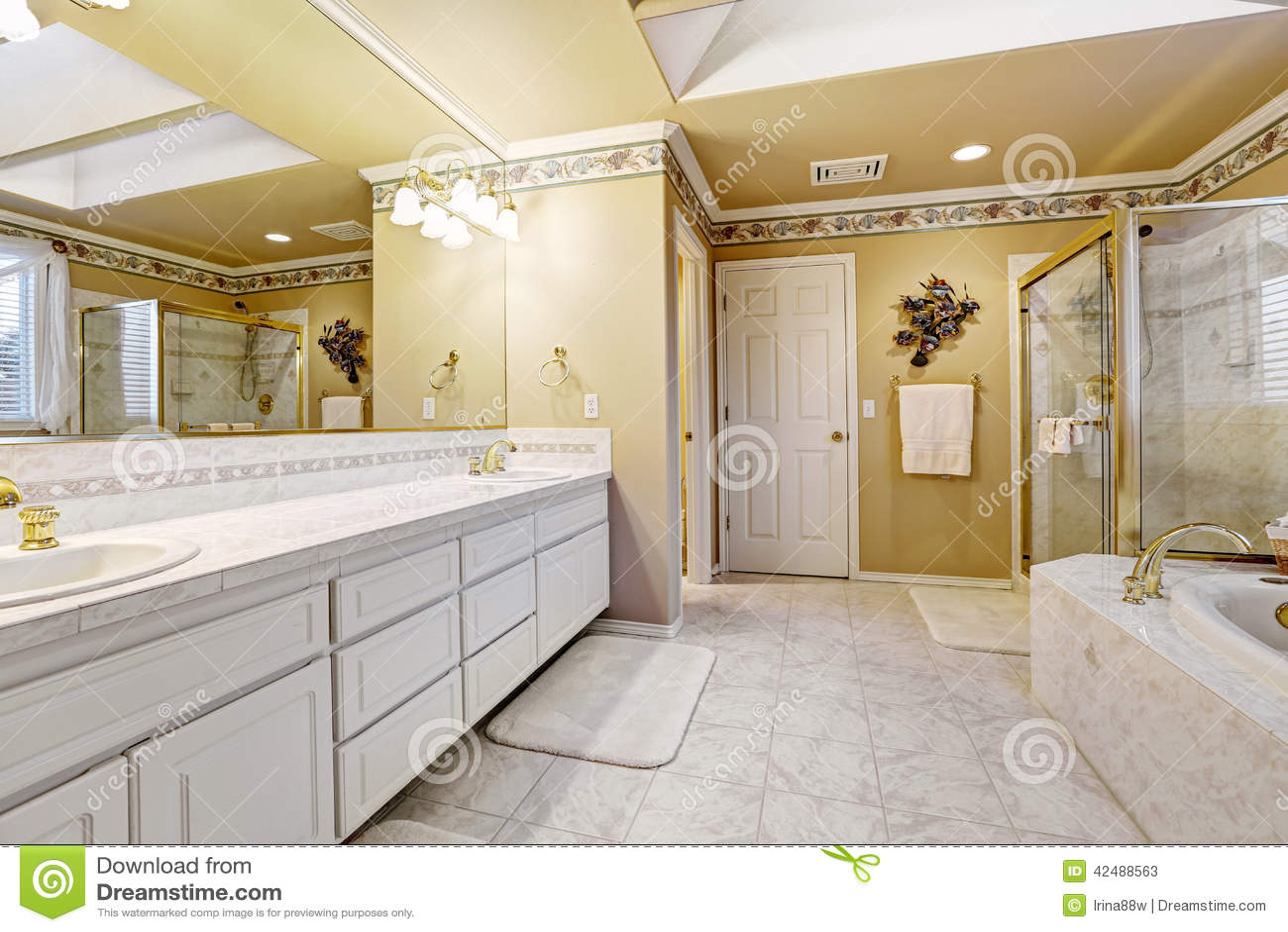 Bagno spazioso in casa di lusso immagine stock immagine for Casa lusso