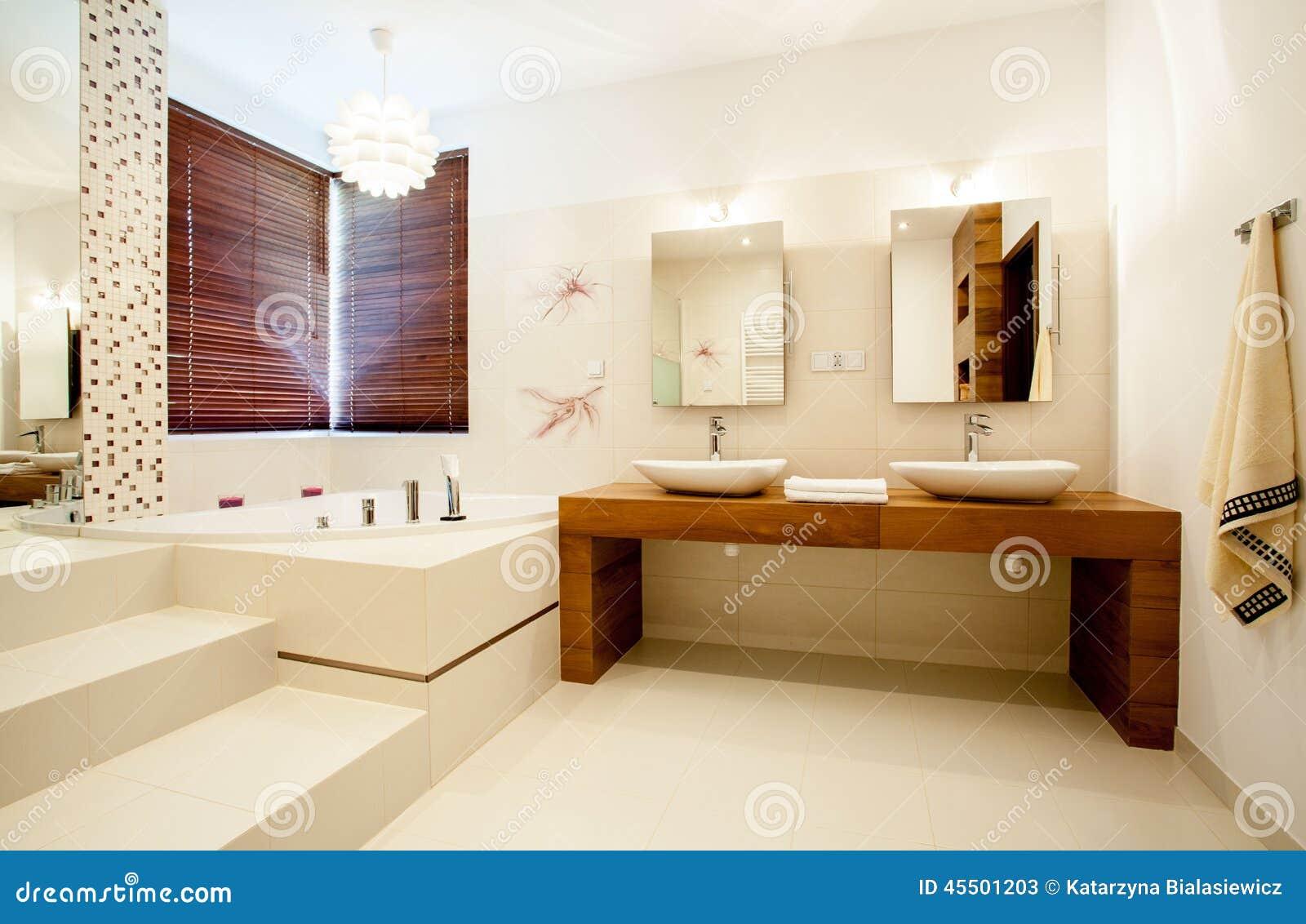 Bagno spazioso in casa moderna fotografia stock immagine for Bagno della casa moderna