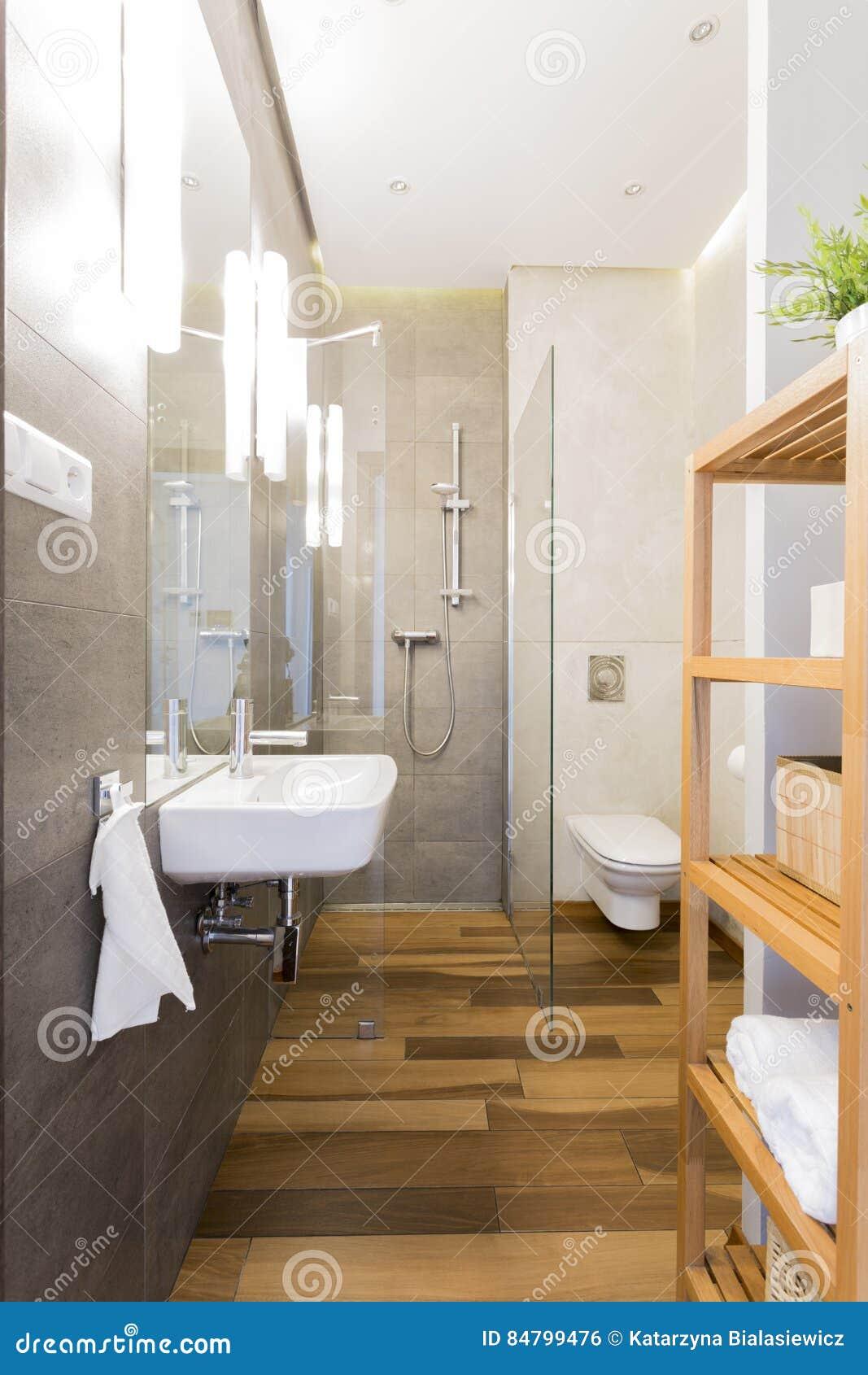 Bagno stretto del sottotetto con il pavimento di legno - Bagno sottotetto ...