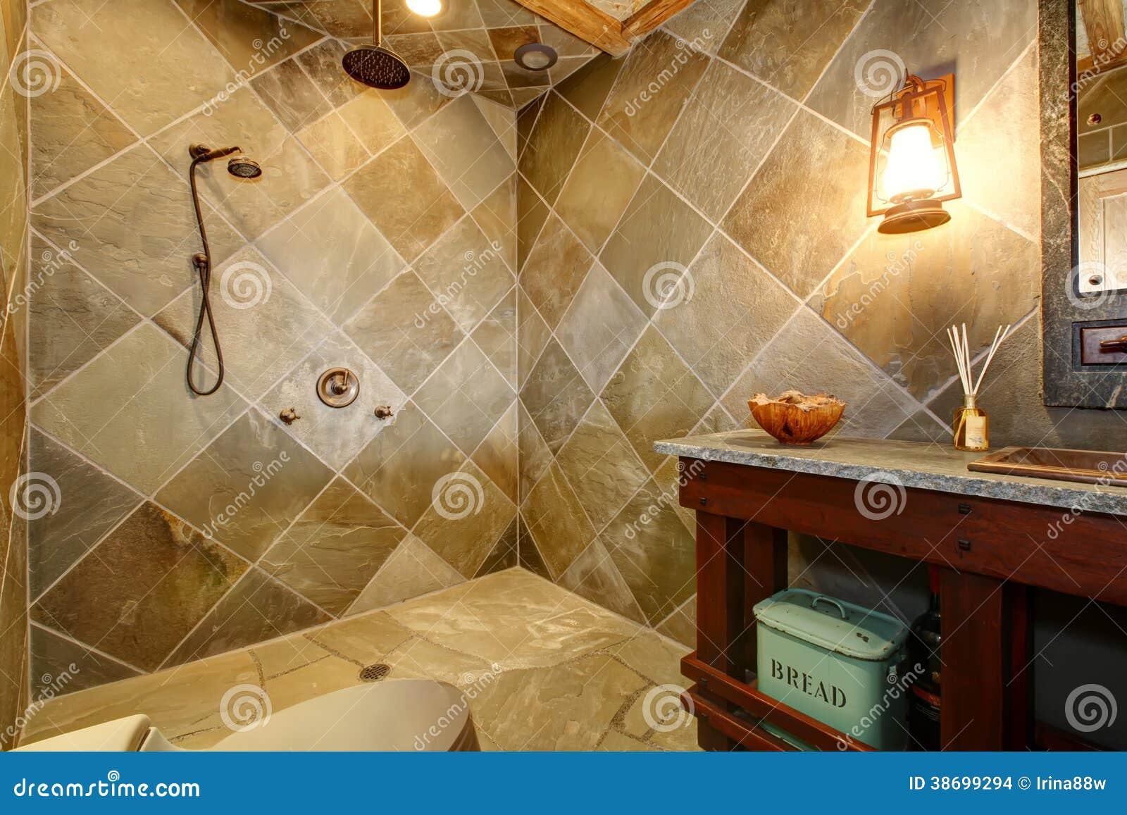 Bagno Con Doccia Aperta : Bagno stupefacente di stile del castello con una doccia aperta