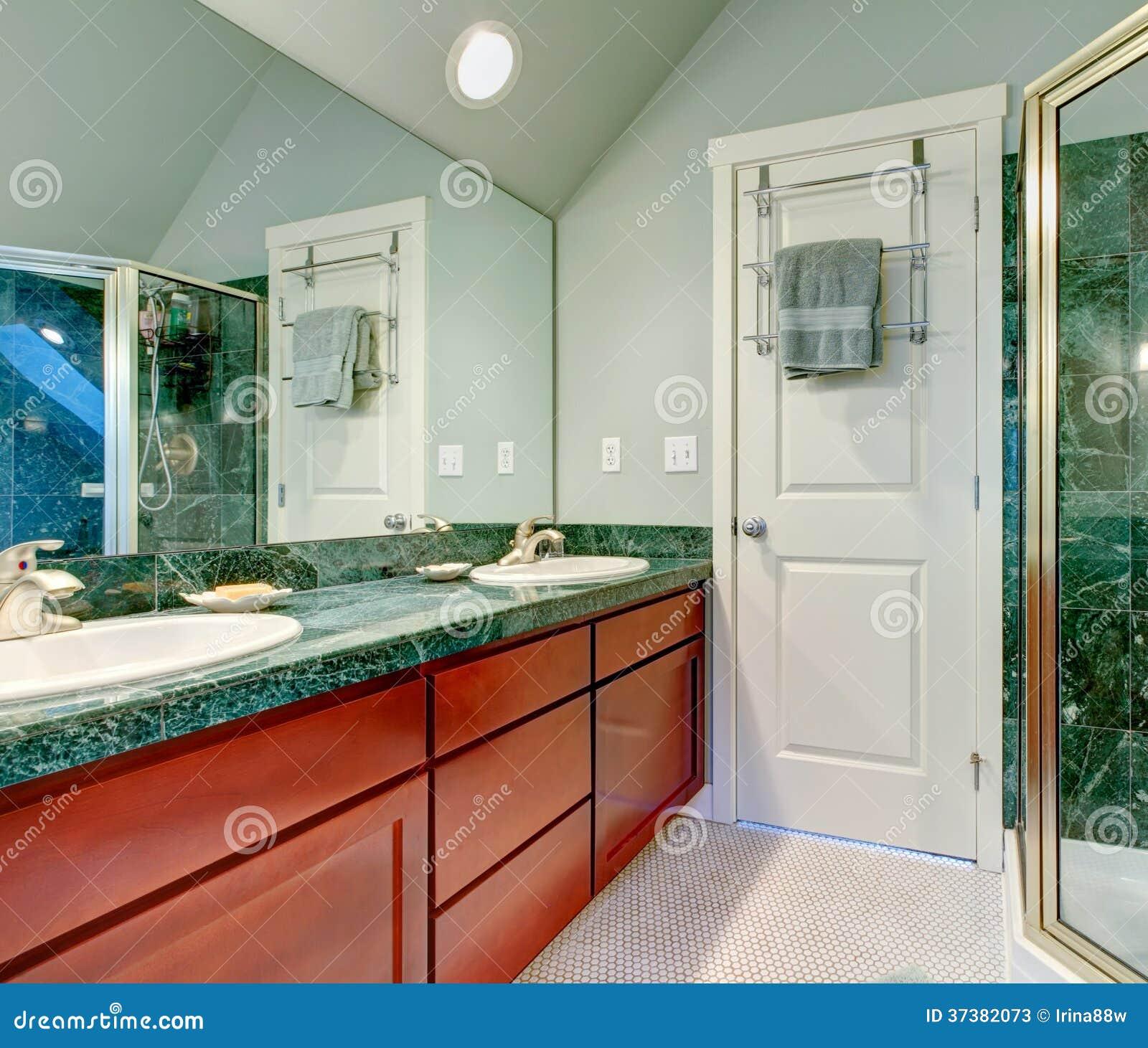 Bagno verde chiaro di rinfresco con i gabinetti marroni - Piastrelle bagno verde chiaro ...