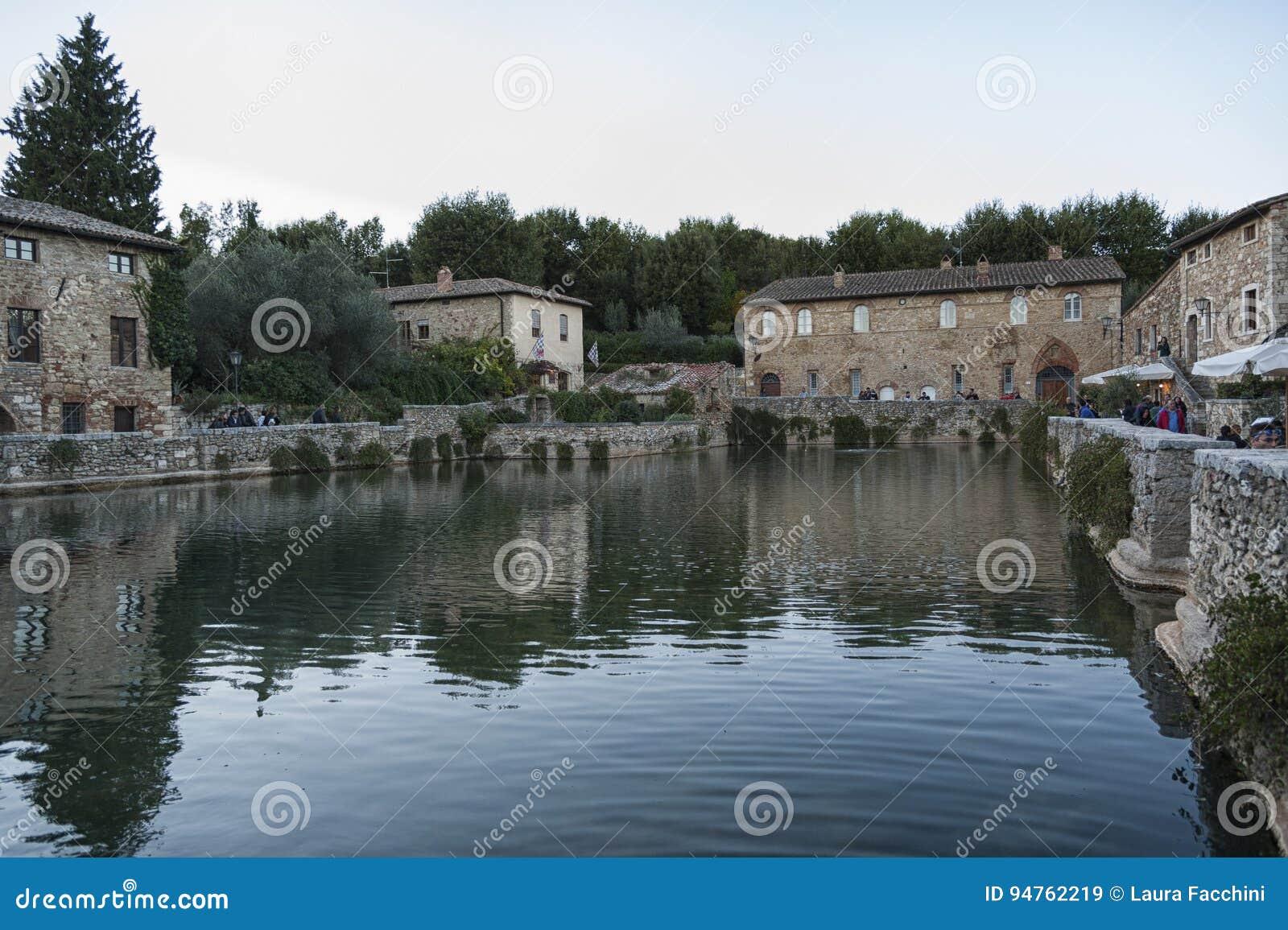 Bagno vignoni toscana italia ottobre gente indefinita