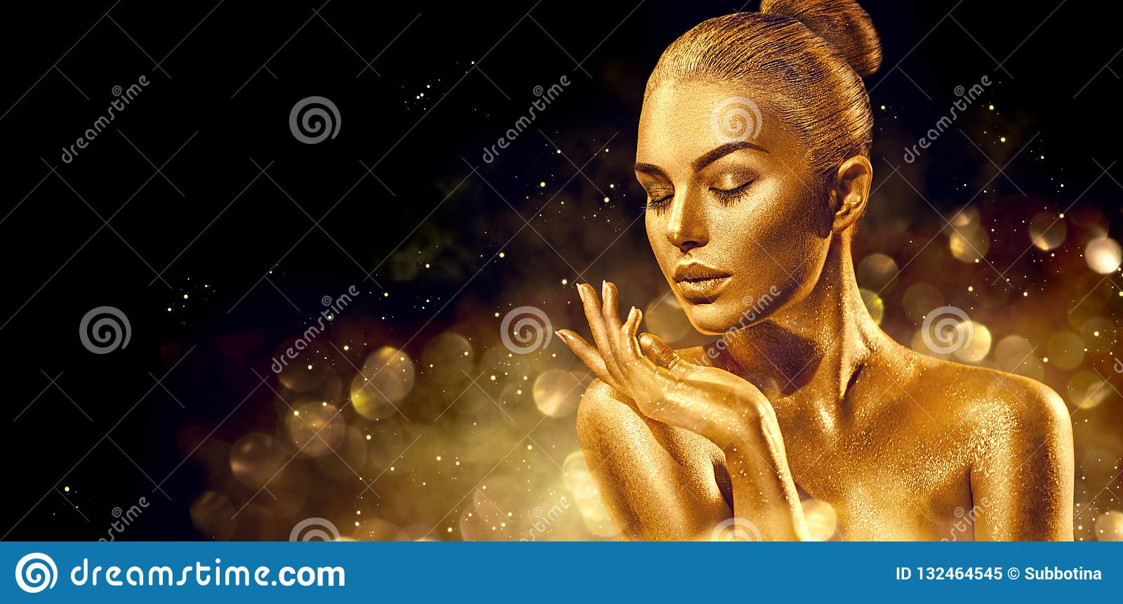 Bags den santa kvinnan Guld- closeup för hudkvinnastående Sexig modellflicka med guld- skinande yrkesmässig makeup för ferie