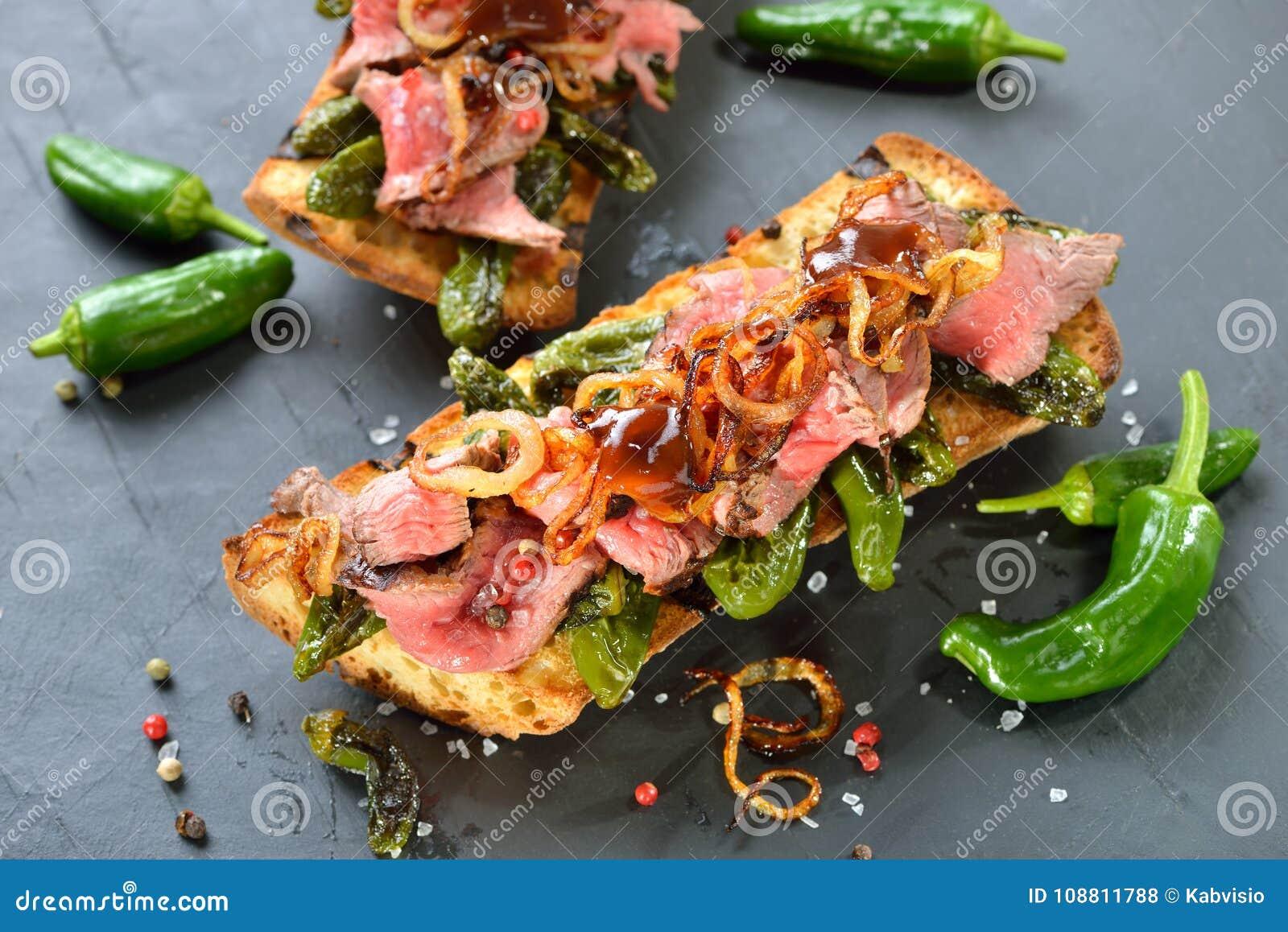 Baguette cozido com pimientos e bife