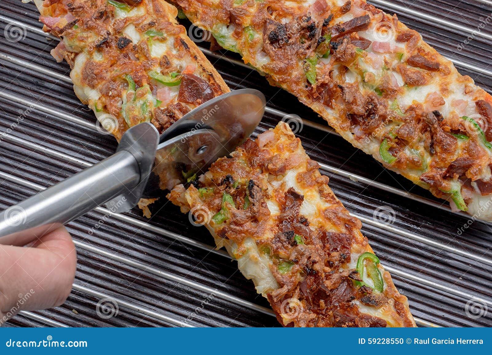 Download Baguette De La Pizza Del Corte Con La Mozzarella, Pimienta Verde, Cebolla, Tom Foto de archivo - Imagen de corte, cena: 59228550