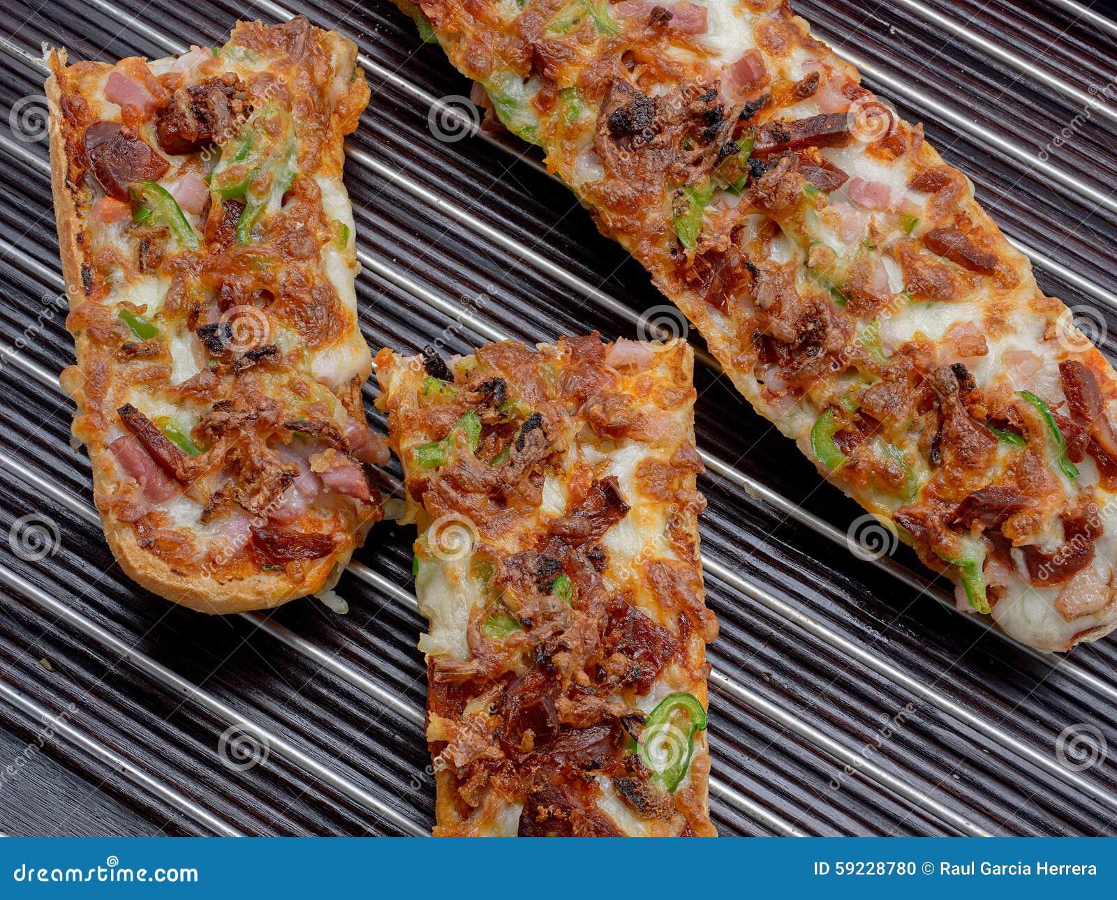 Download Baguette Delicioso De La Pizza Con La Mozzarella, Pimienta Verde, Cebolla, T Foto de archivo - Imagen de tocino, desayuno: 59228780