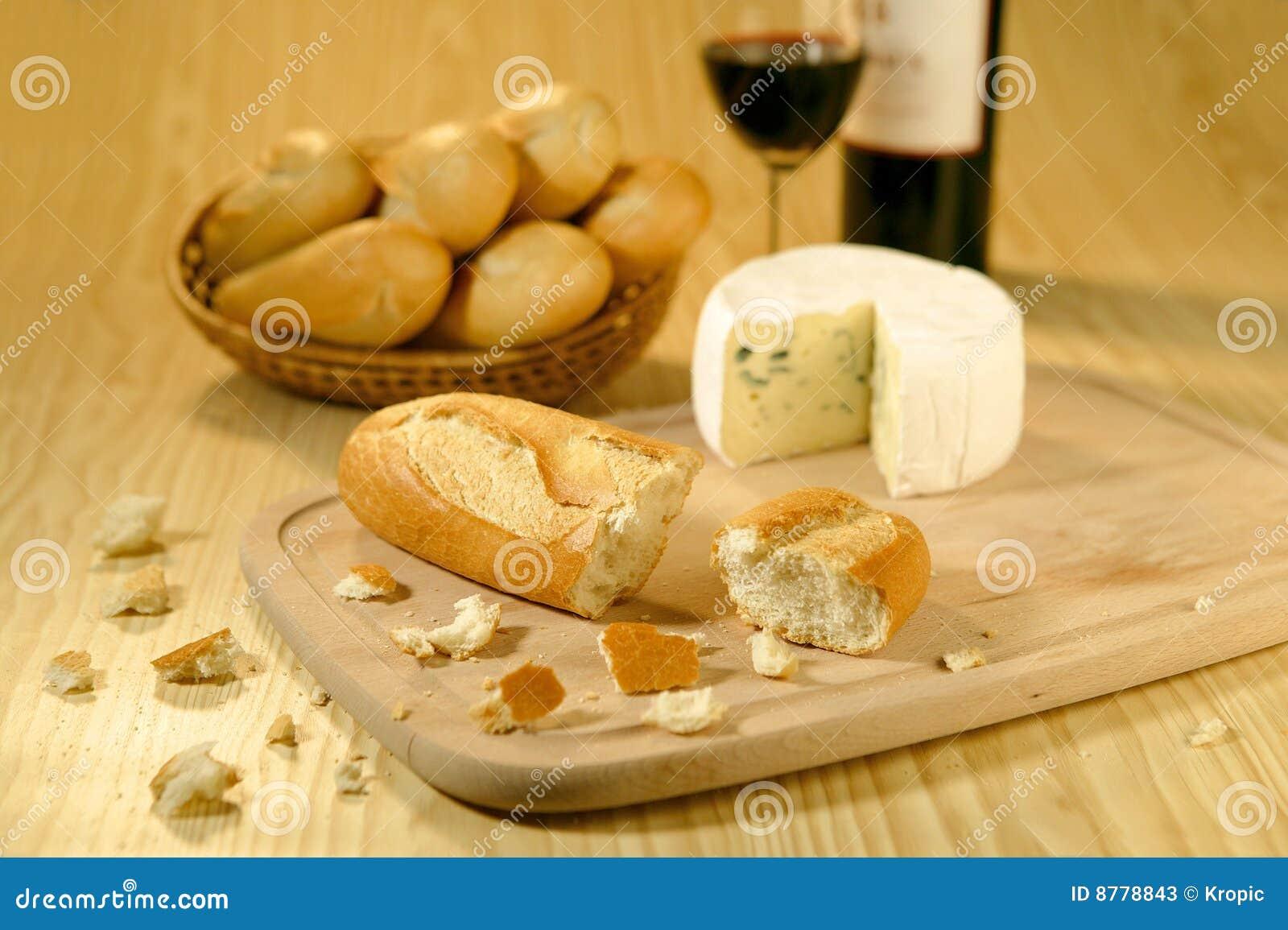 baguettes dans un panier un fromage et un vin image stock image du panier nourriture 8778843. Black Bedroom Furniture Sets. Home Design Ideas