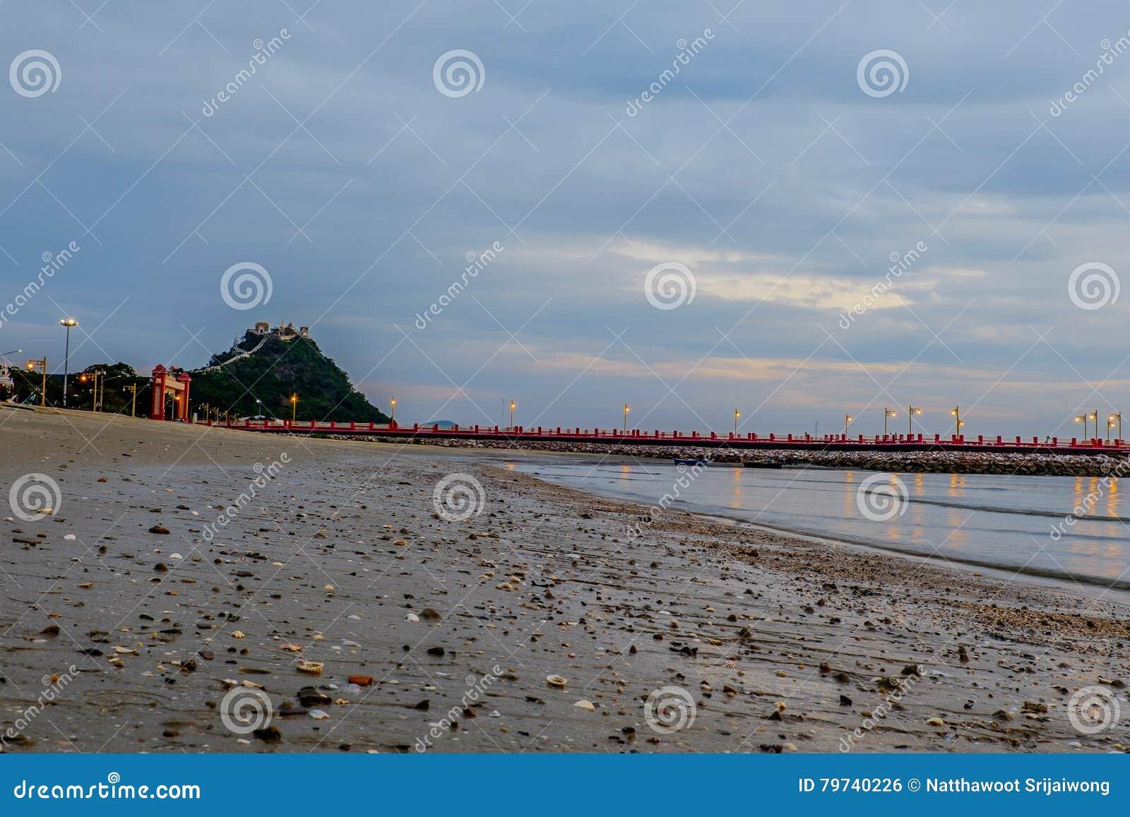 Bahía de Prachuap la playa tropical de Prachuap Khiri Khan Province