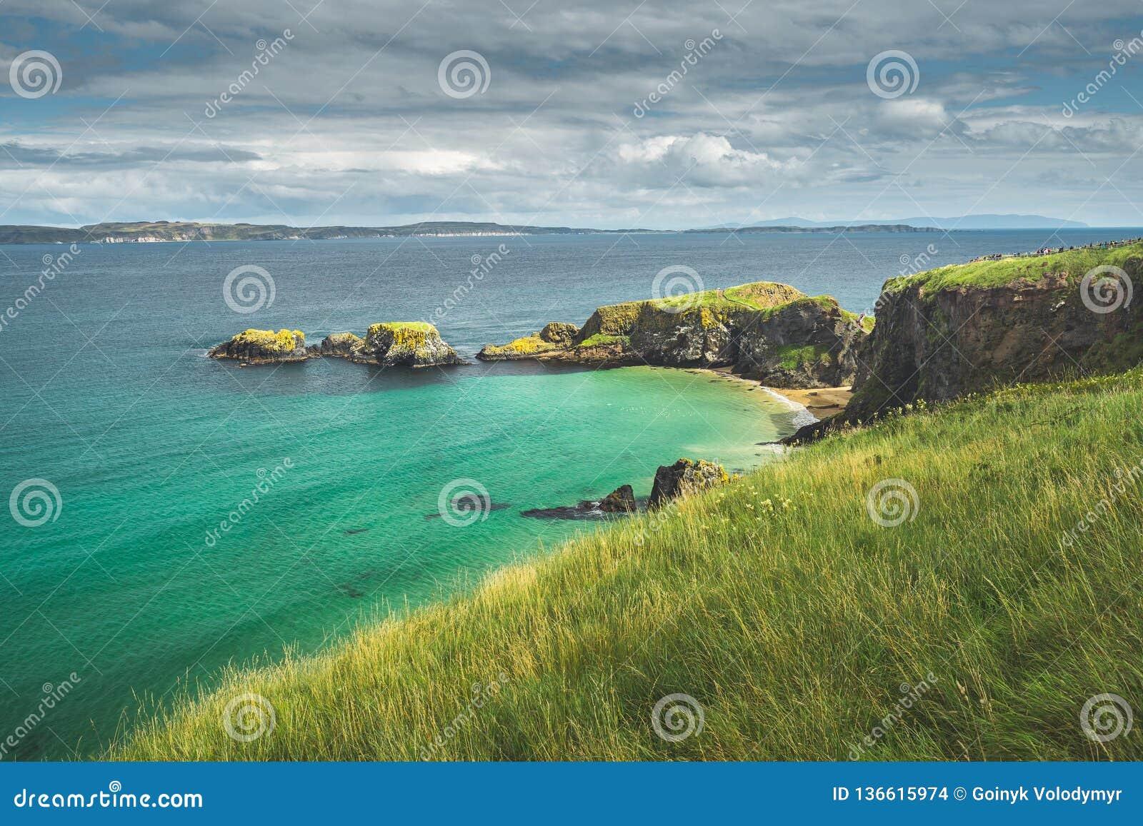 Bahía irlandesa con agua de la turquesa Irlanda del Norte