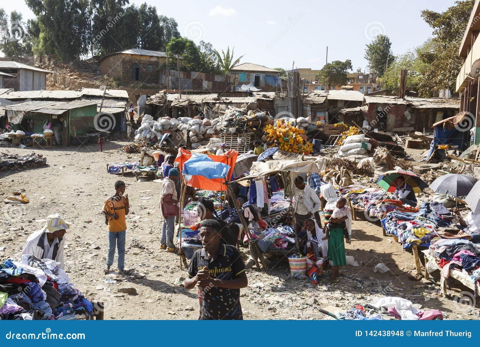 Bahir Dar, Ethiopië, 14 Februari 2015: Marktscène in Bahir Dar, waar de goederen van alle soorten voor verkoop worden aangeboden