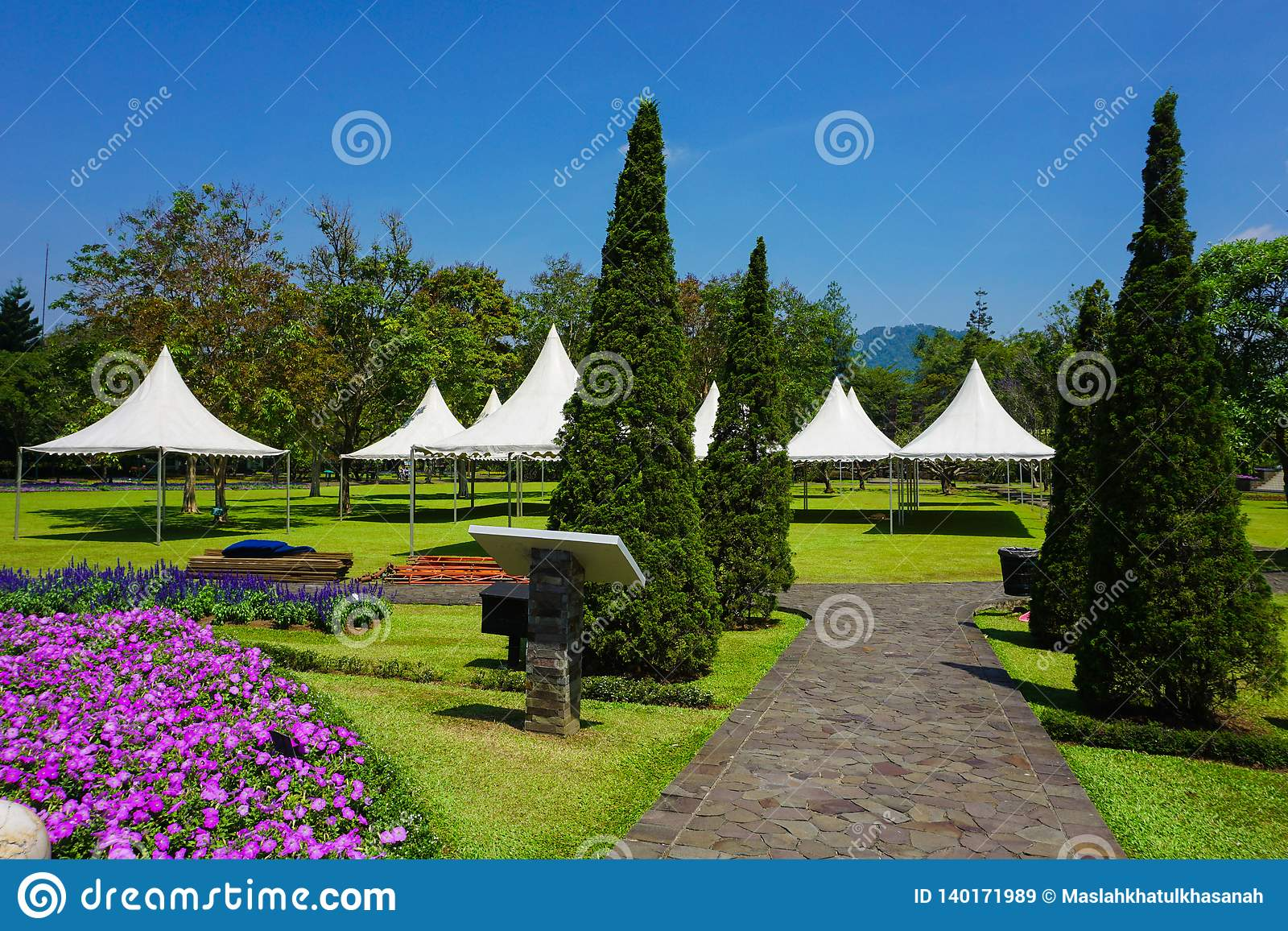 Bahn vom Stein mit dem Gehen zum weißen Zelt auf dem Park - Foto Indonesien Bogor