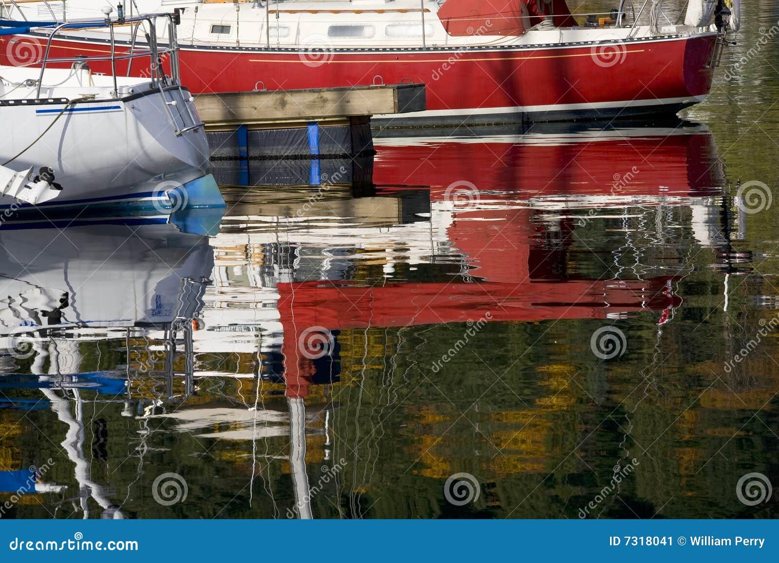 Baia profonda Vancouver di riflessioni della barca a vela BC
