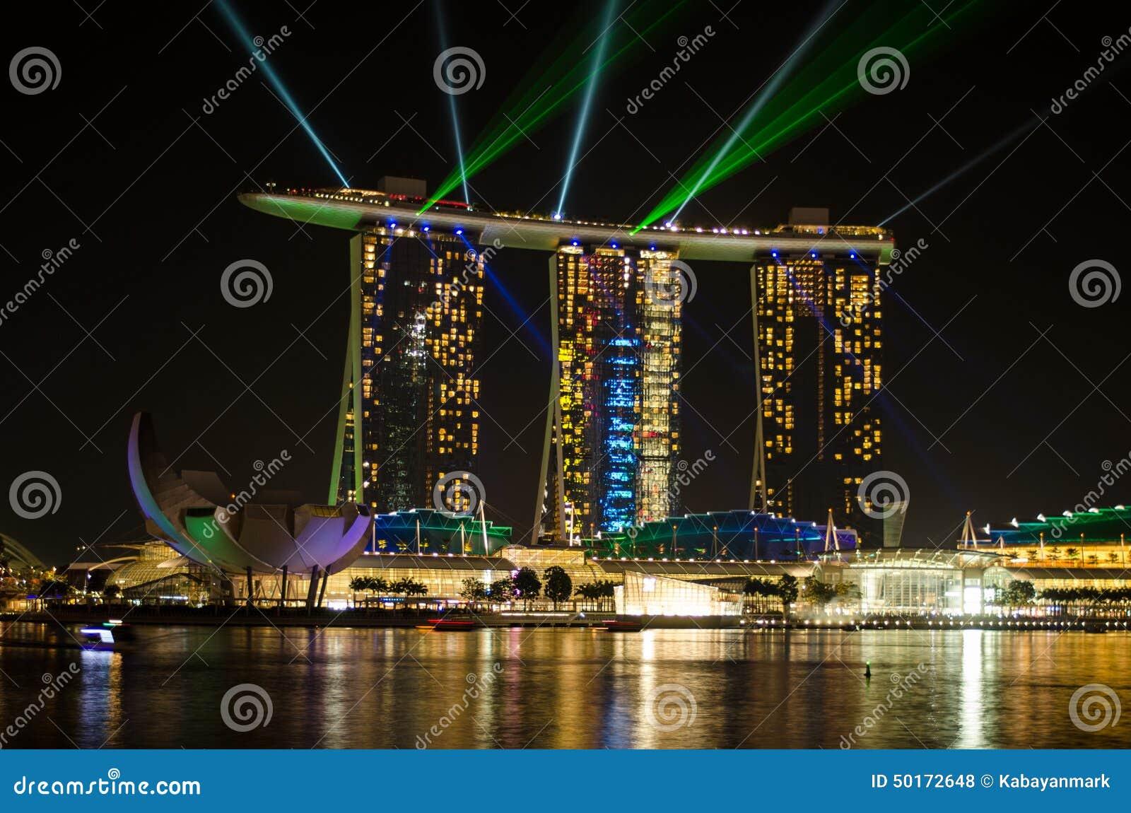 Baia singapore del porticciolo con le luci laser verdi ed