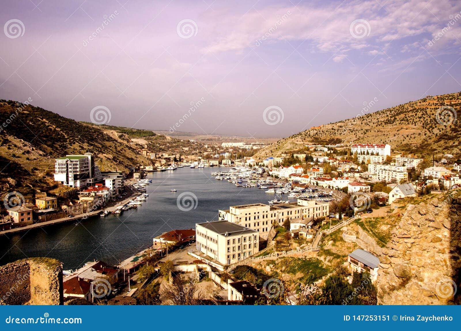 Baie, la ville de Balaclava sur la côte de la Mer Noire un automne ensoleillé