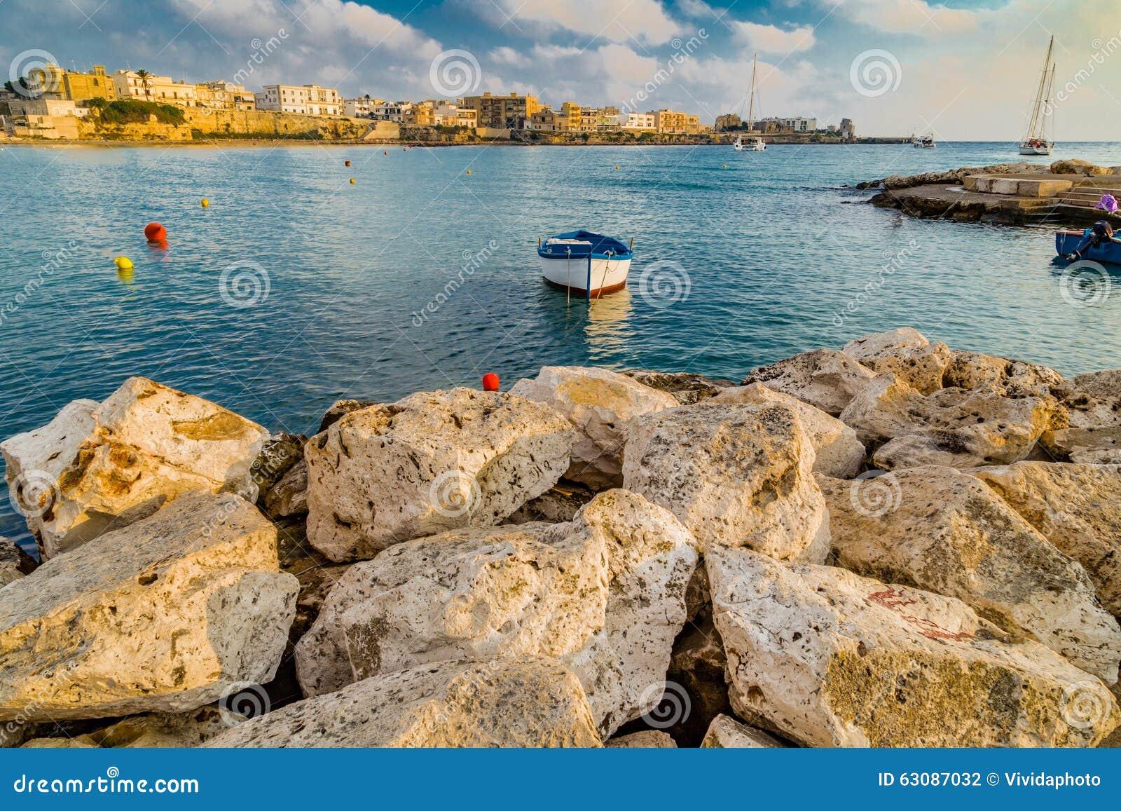 Download Baie sur la Mer Adriatique photo stock. Image du roches - 63087032