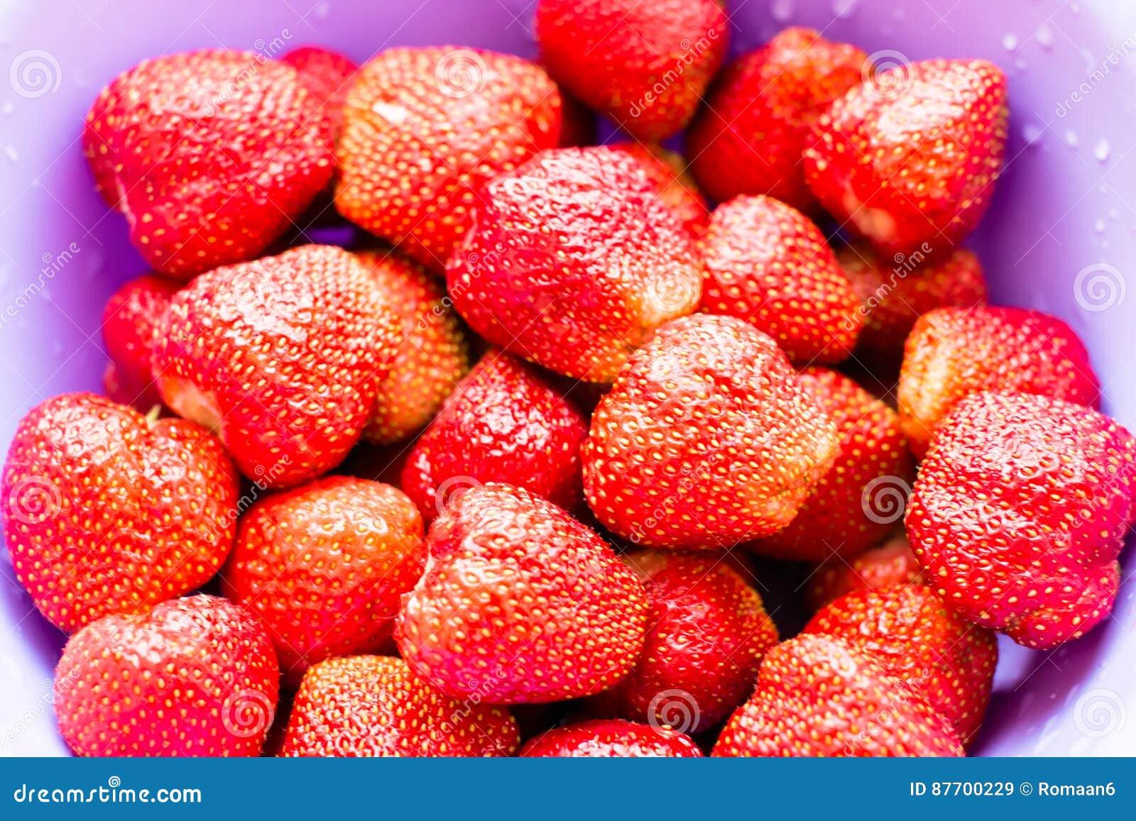 Baies rouges juteuses fraîches de fraises avec des baisses de l eau sur une fin de plat