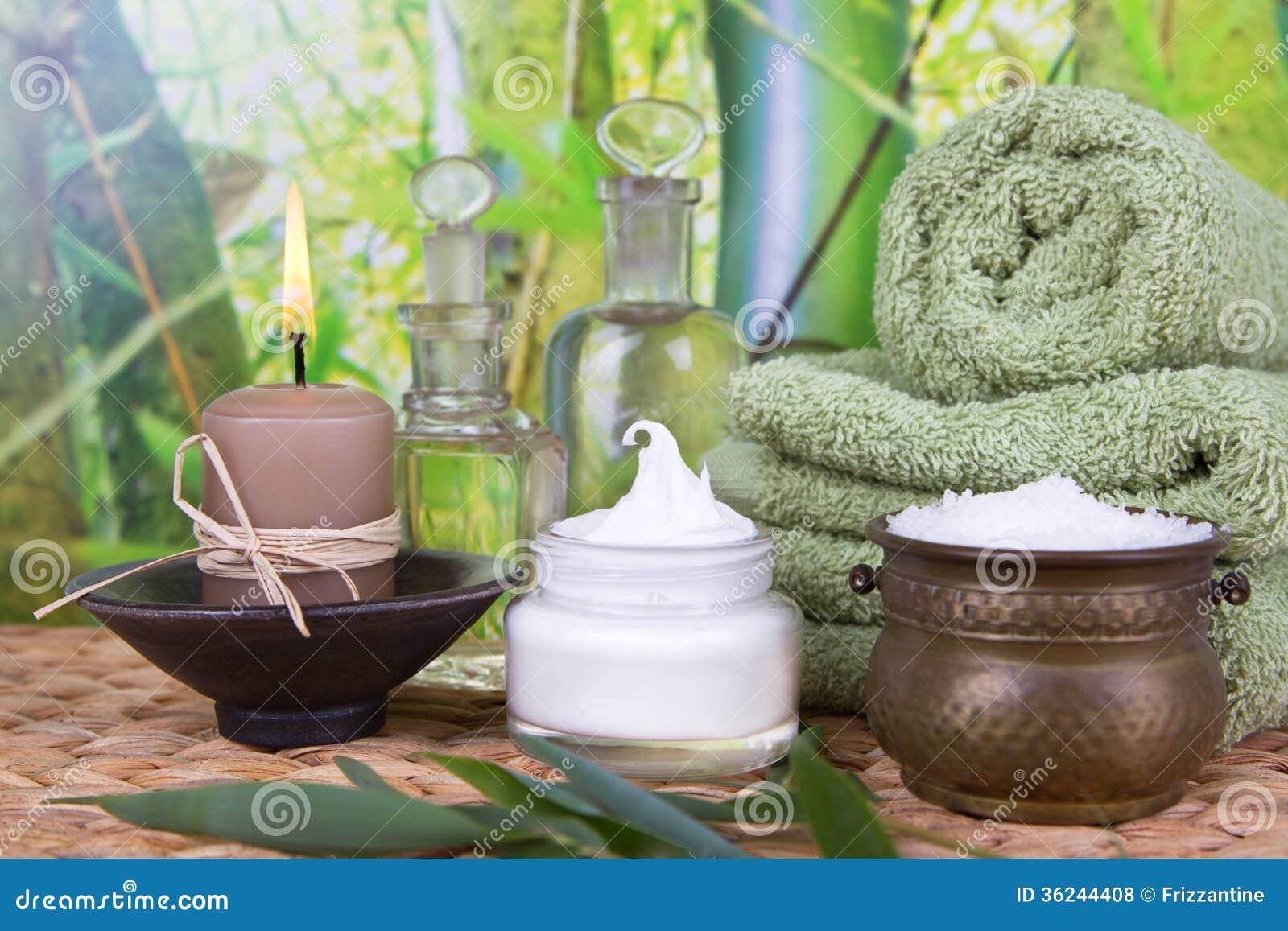Baigner des huiles de sel et de massage avec une pile de serviettes