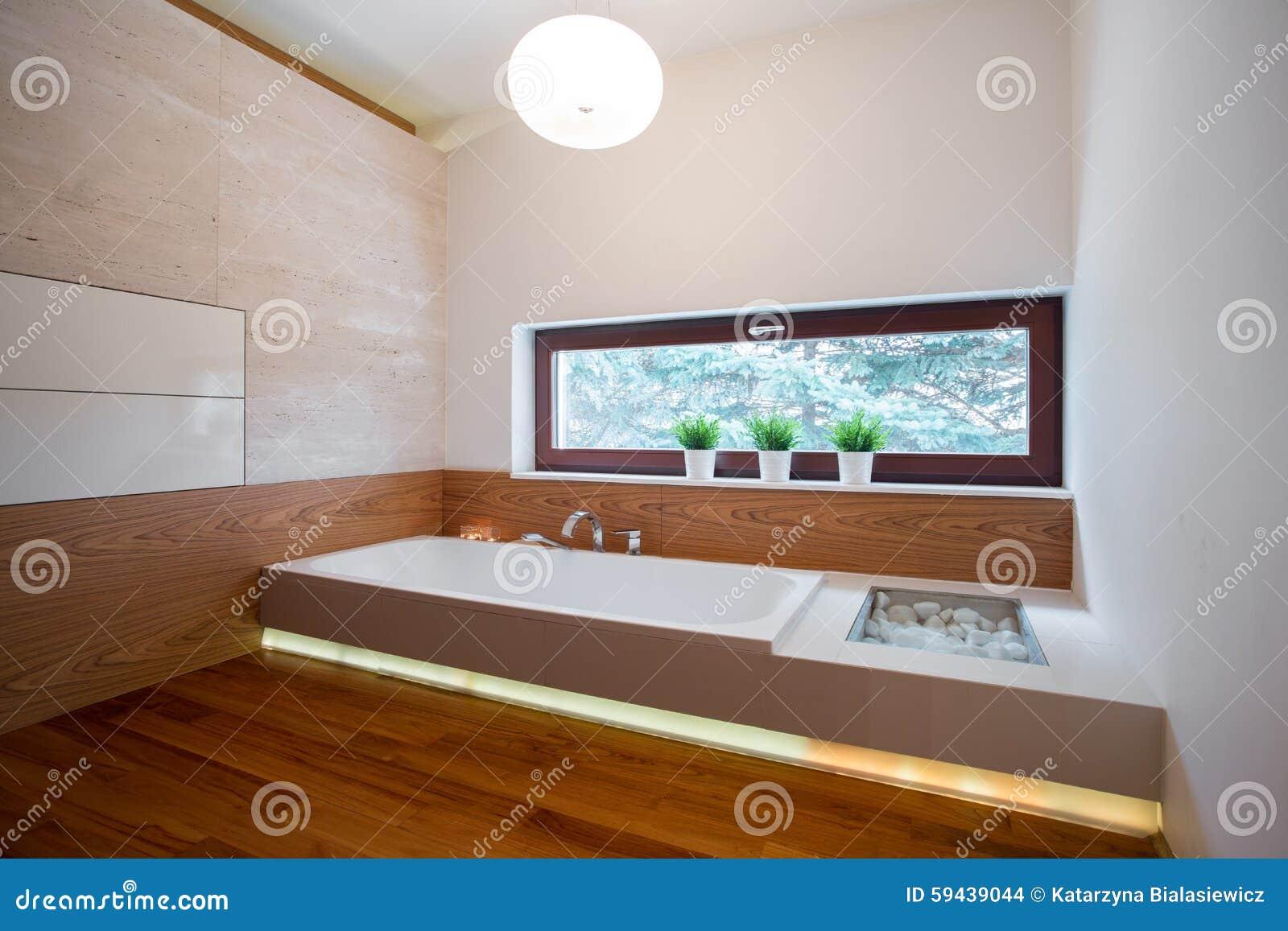 Baignoire Contemporaine Dans La Salle De Bains En Bois Photo stock ...