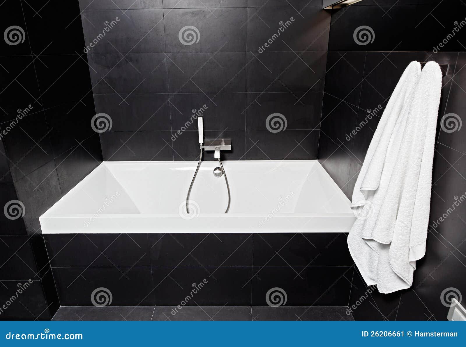 baignoire de grand dos blanc dans la salle de bains moderne image stock image du robinet. Black Bedroom Furniture Sets. Home Design Ideas