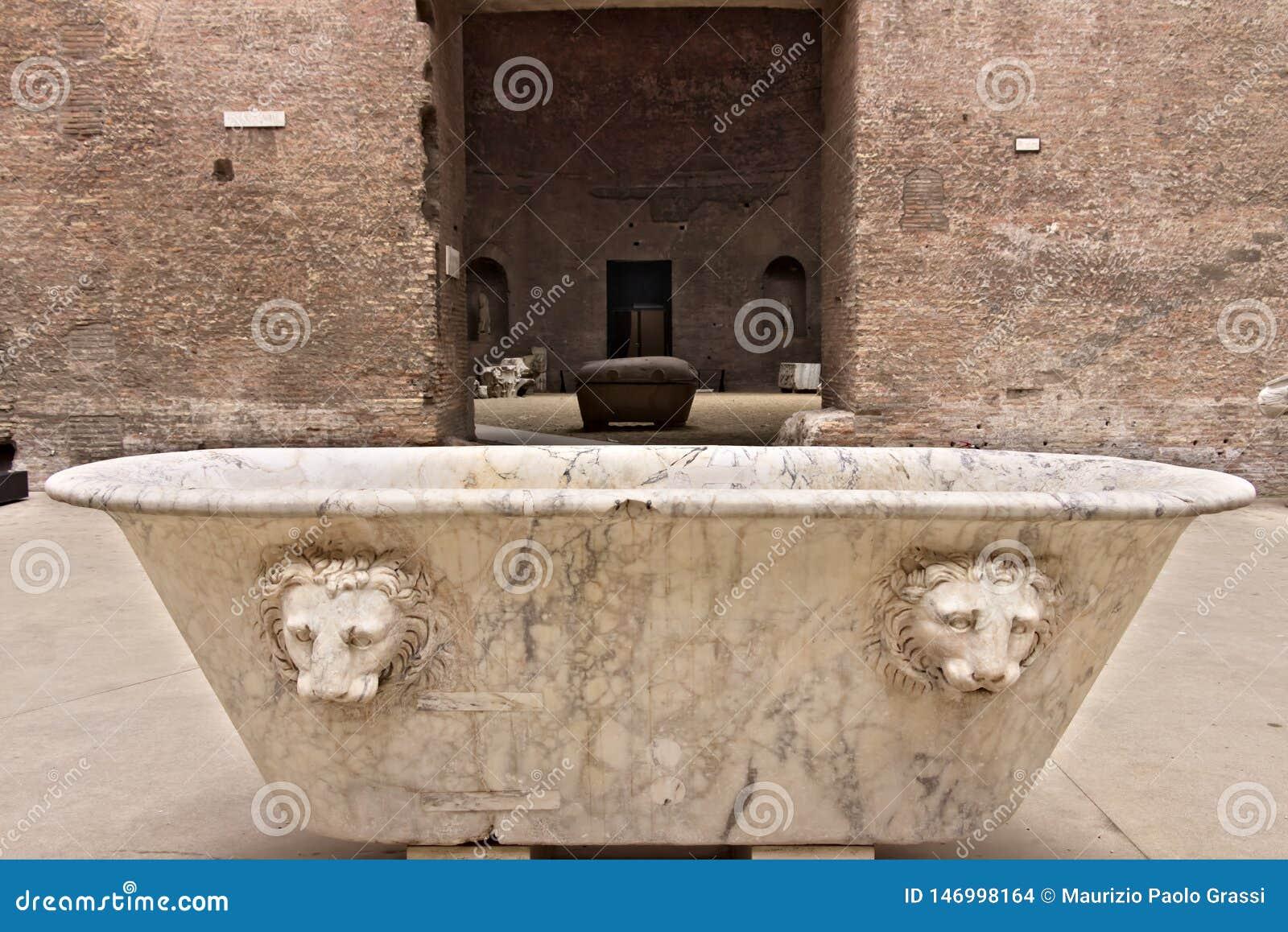 Baignoire de marbre blanche aux bains de Diocletian à Rome