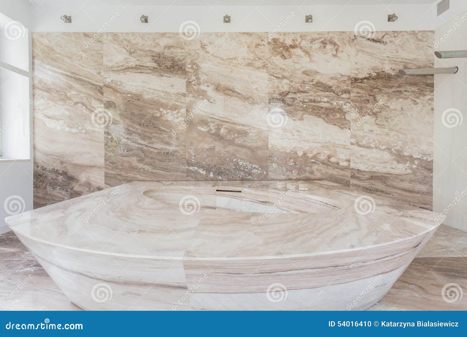 baignoire de marbre dans une salle de bains photo stock - image du